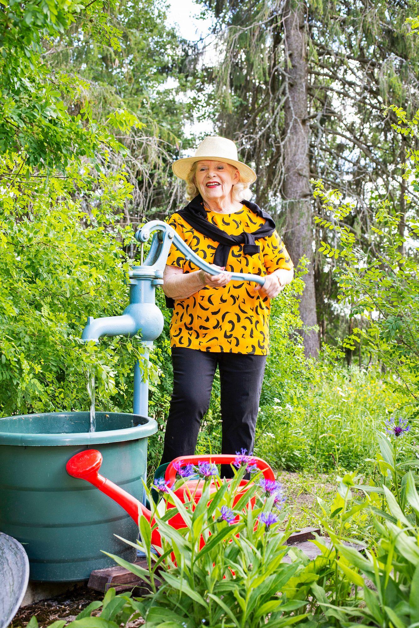 Vaikka Pirjo Tuominen pitää siitä, että ympärillä on siistiä ja asiat järjestyksessä, puutarhassa hän ei tavoittele turhan tarkkaa lopputulosta. Luonto saa myös rehottaa. © Tiiu Kaitalo