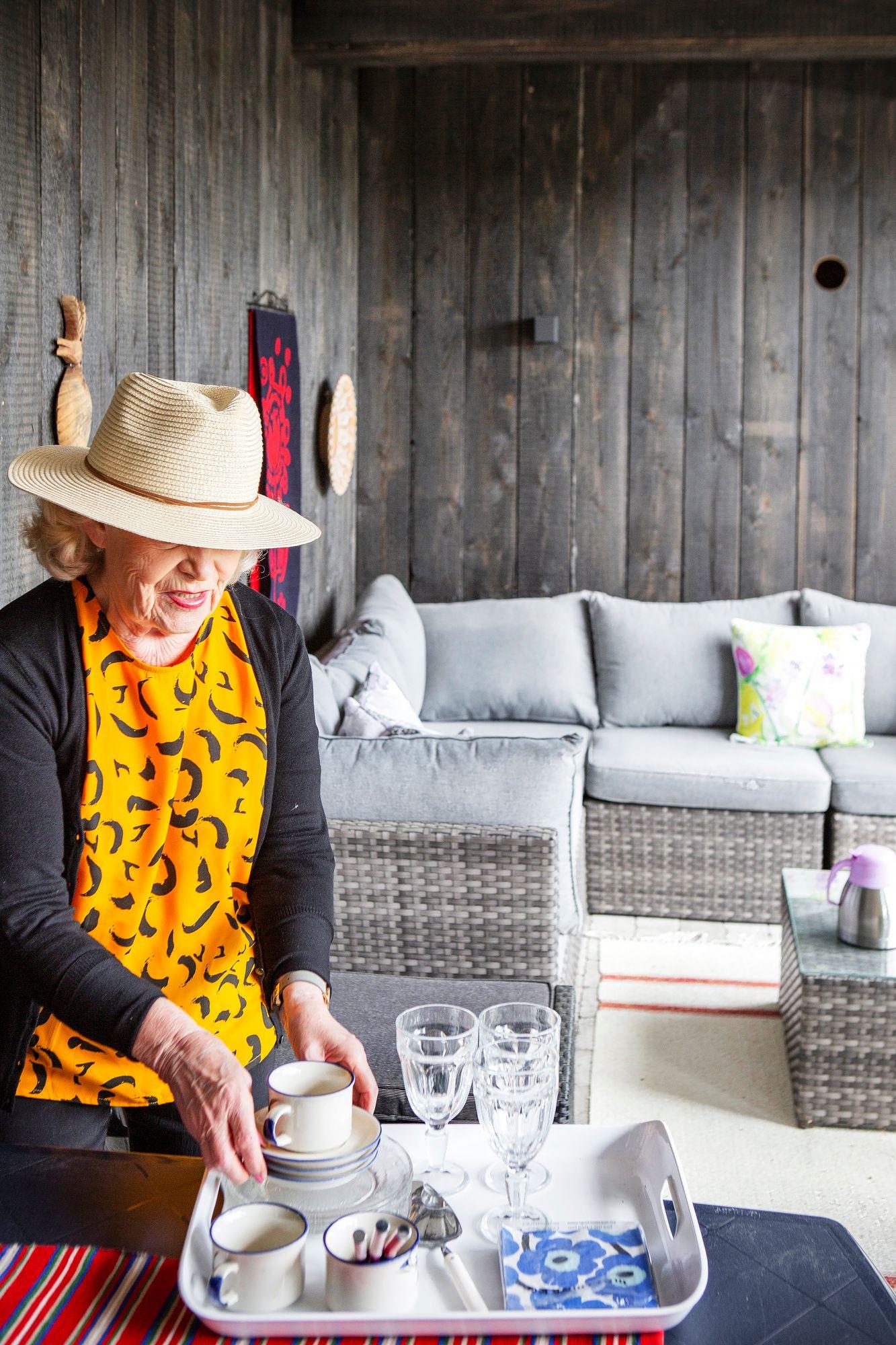 Pirjo pitää ihmisten kestitsemisestä. Erityisen hauskaa hänestä on saada lounasseuraa, jonka kanssa voi puhua kaikesta mahdollisesta, talousasioista sotahistoriaan. © Tiiu Kaitalo