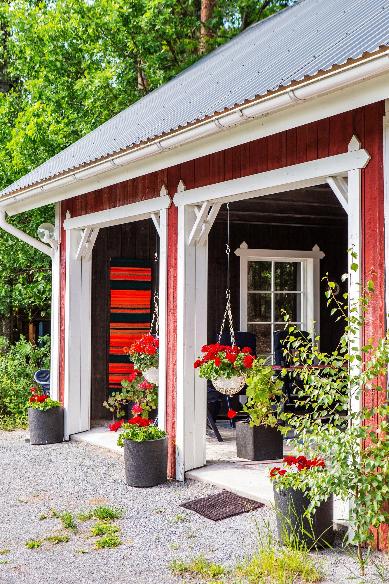Kun vanhasta hevostallista poistettiin pilttuut, siitä rakentui ilmava ja käytännöllinen kesäterassi. © Tiiu Kaitalo