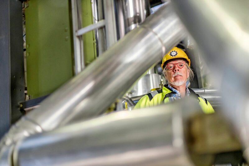 Juhani Hyvärinen muistuttaa, että ydinvoimaonnettomuudet ovat olleet hyvin harvinaisia. Riski on hänestä hyväksyttävissä, koska pahimmankin ydinonnettomuuden vahingot ovat paikallisia.  © Mikko Nikkinen