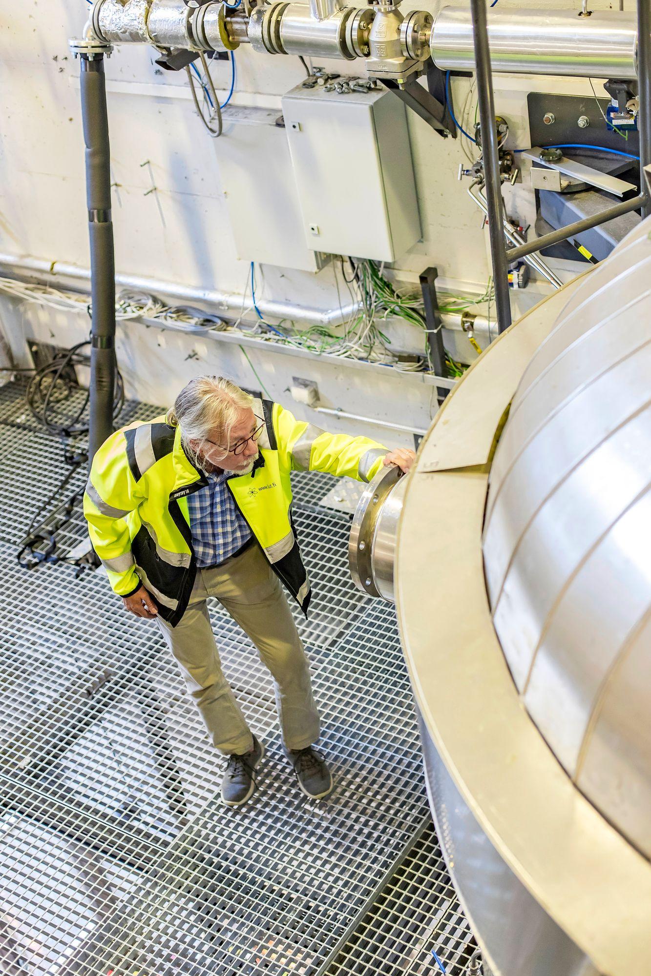 Juhani Hyvärinen on sitä mieltä, että fossiiliset polttoaineet pilaavat koko maapallon ilmakehän eivätkä tuuli- ja aurinkovoima toisaalta riitä kattamaan energiantarvetta. © Mikko Nikkinen