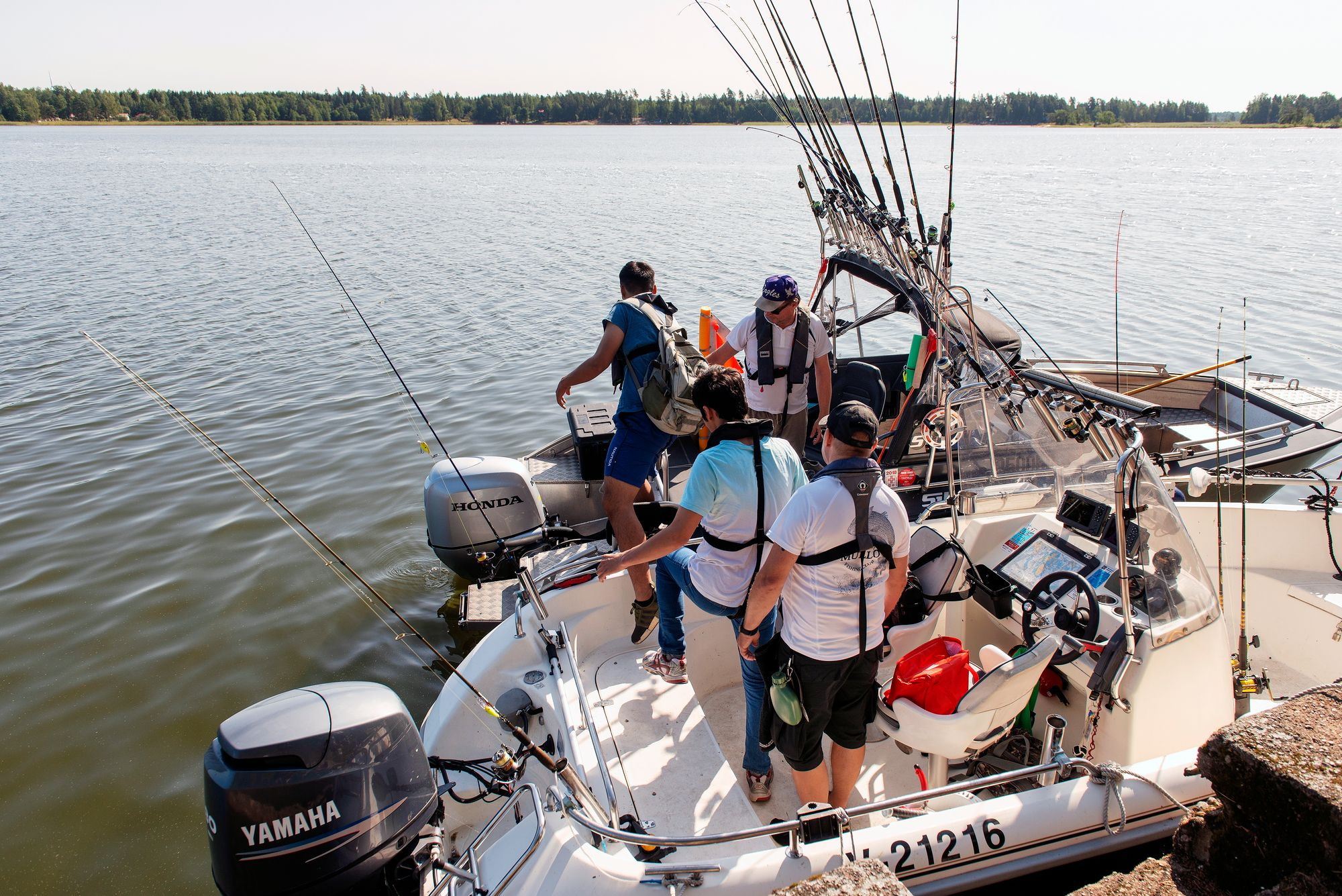 Keskipäivän aikaan toisella veneellä kuullaan radiosta The Beatlesia ja Queenia. Musiikki ei kaloja karkota. © Linda Varoma