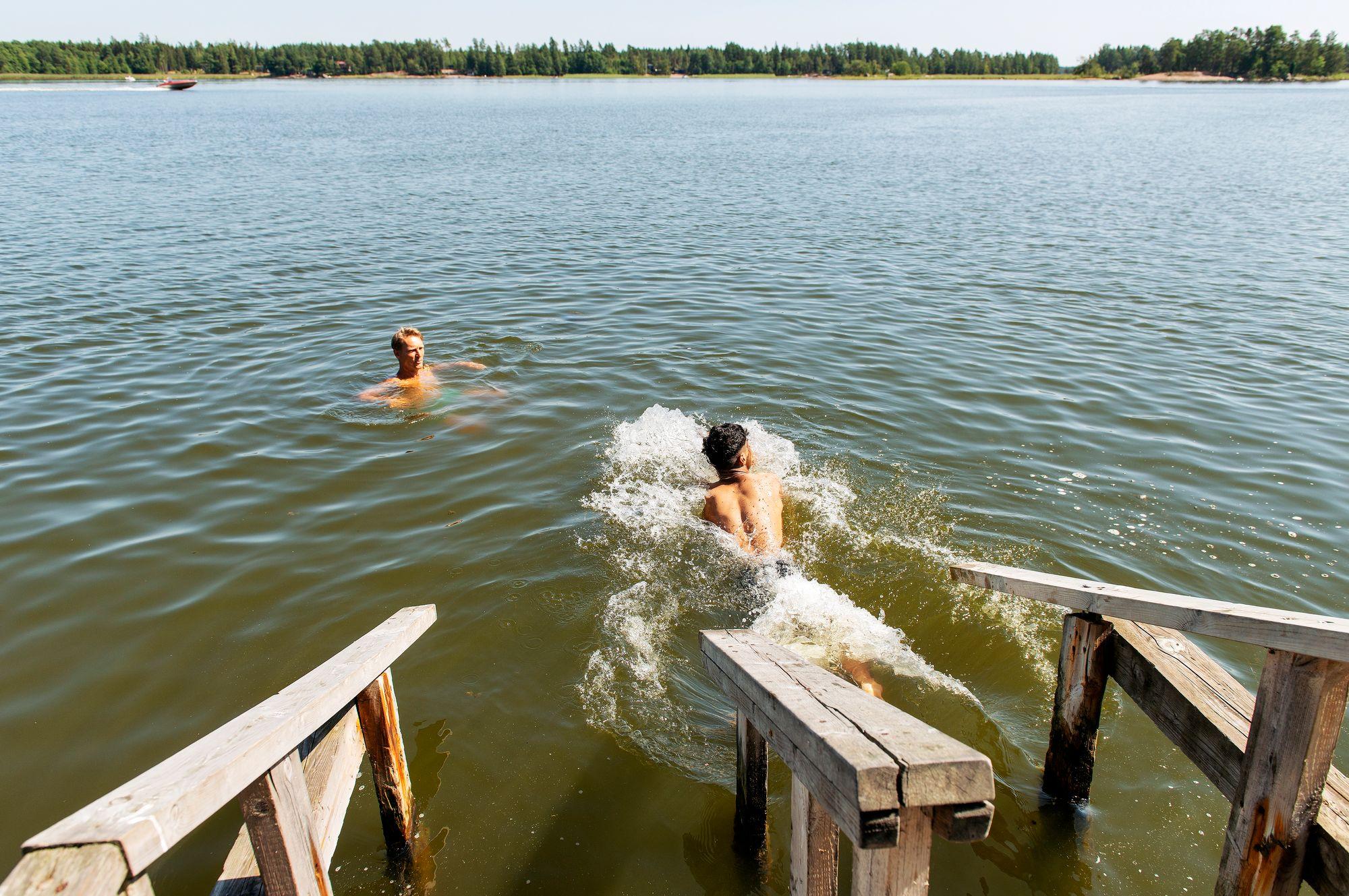 Nuorten maahanmuuttajien kalastuspäivä. Kawa uimassa. © Linda Varoma