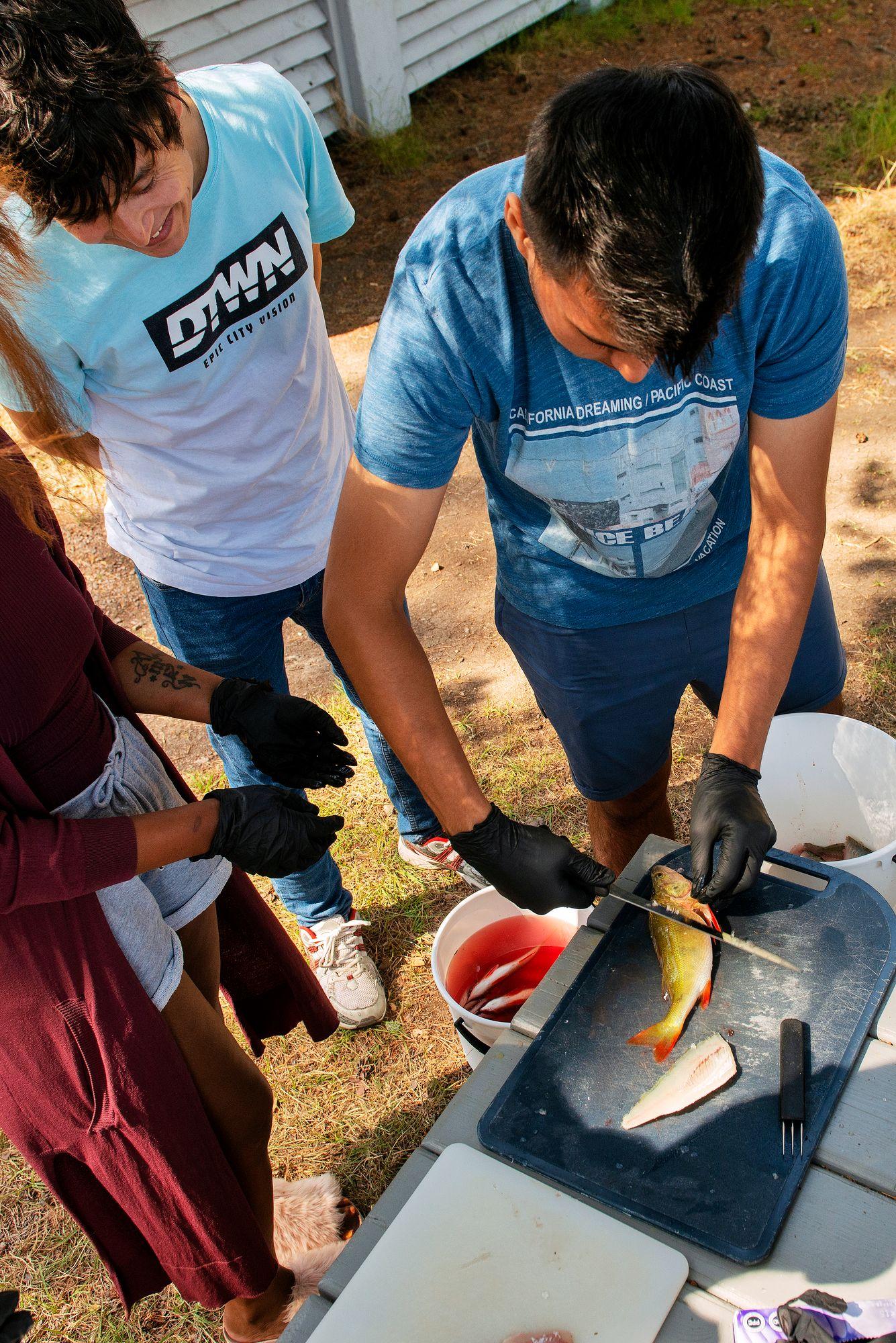 Osa nuorista innostui perkaamisesta melkeinpä enemmän kuin varsinaisesta kalastamisesta. © Linda Varoma