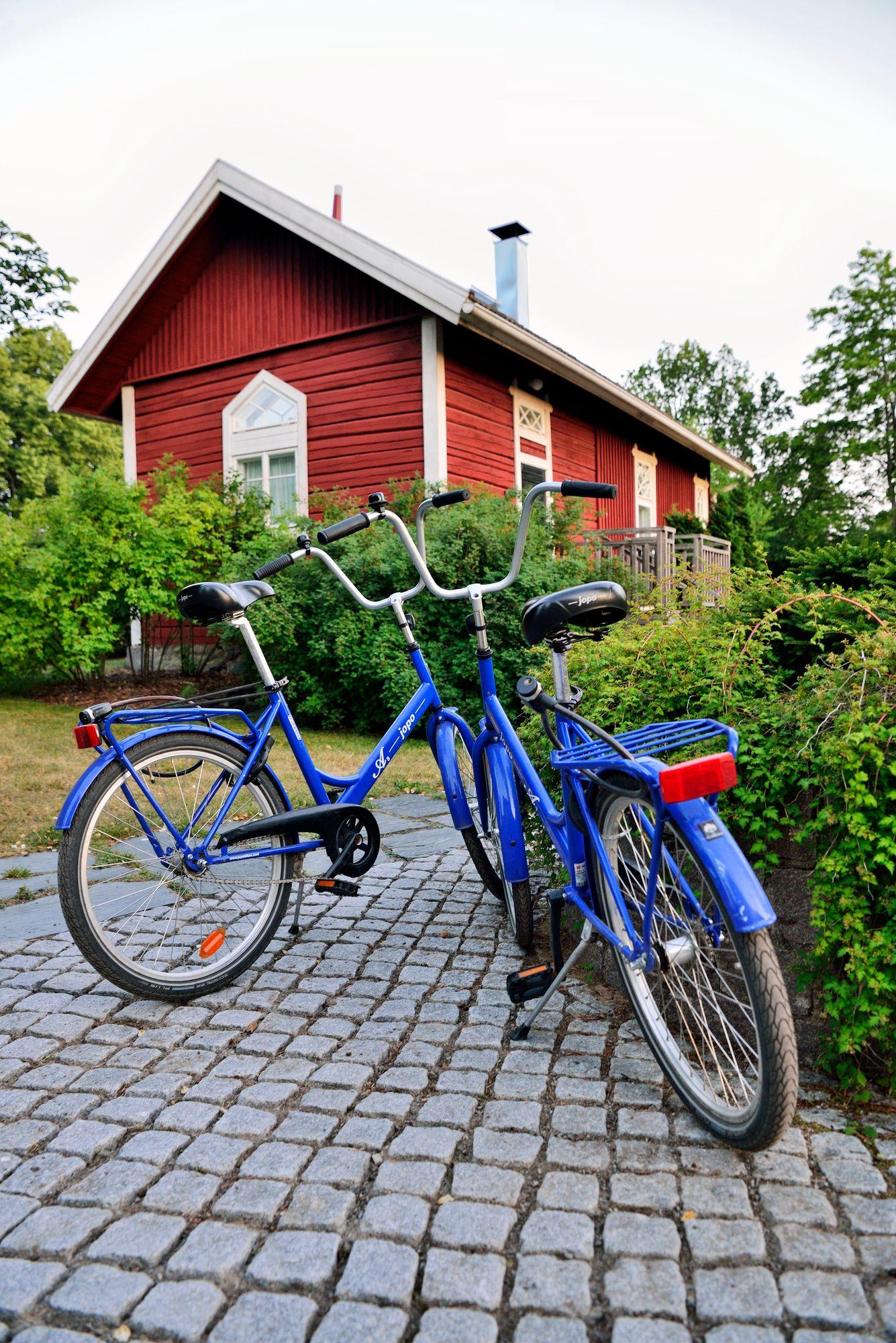 Alueen rakennusten värit kertovat hierarkiasta. Omistajien talot ovat valkoisia, virkailijoiden keltaisia ja työväen punaisia. © Pekka Numminen