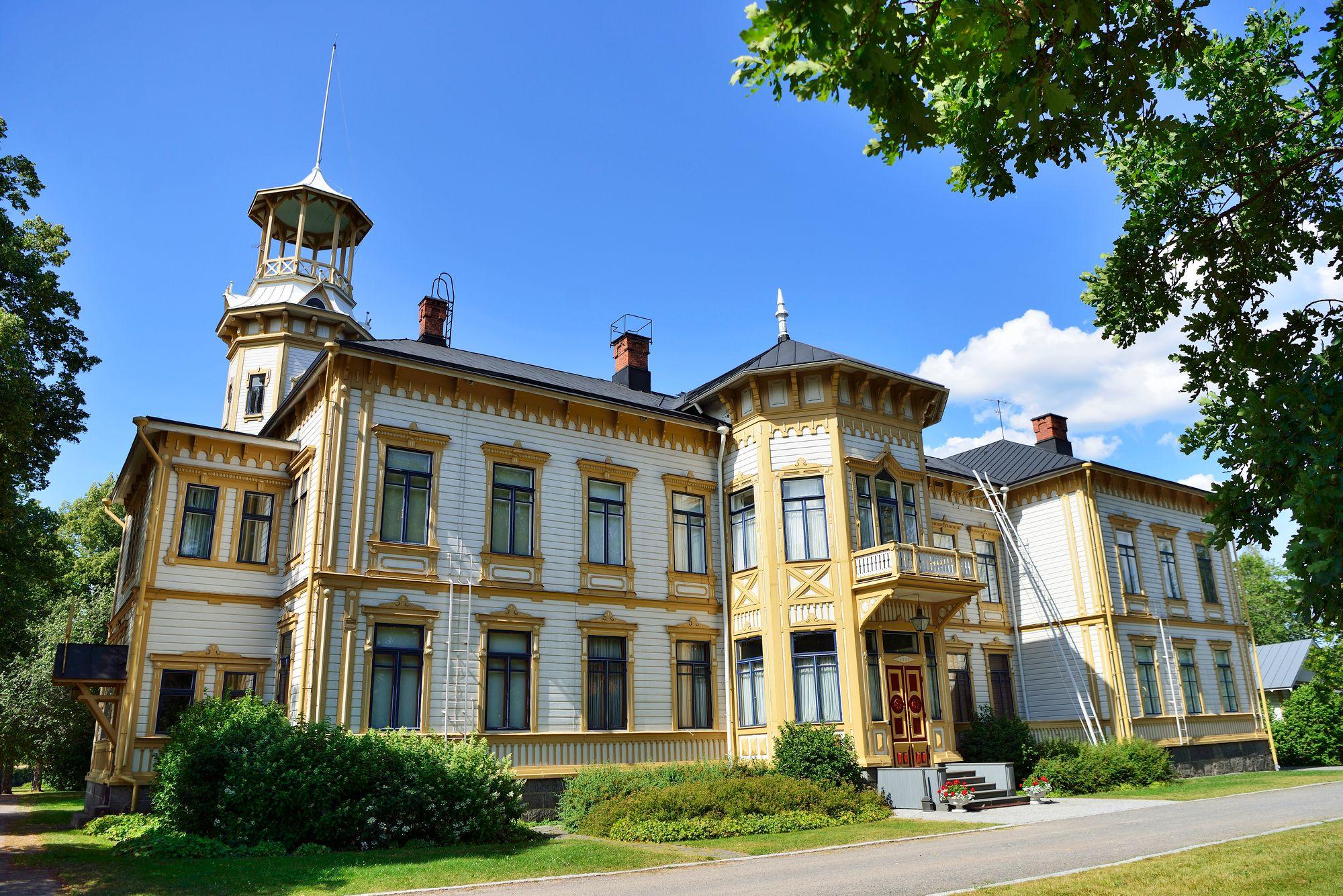 Isotalo ei ole avoinna vierailijoille, se on suvun ja yhtiön käytössä. Jos sukua on paikalla, tornissa on viiri. © Pekka Numminen