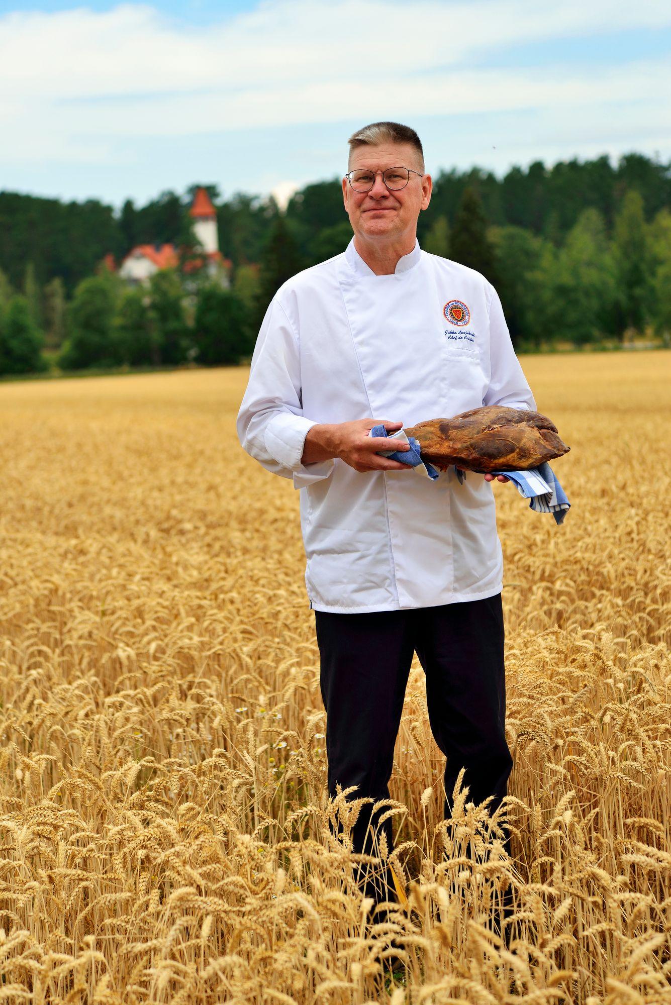 Keittiömestari Jukka Luojukoski käyttää paljon yhtiön mailta metsästettyä riistaa.