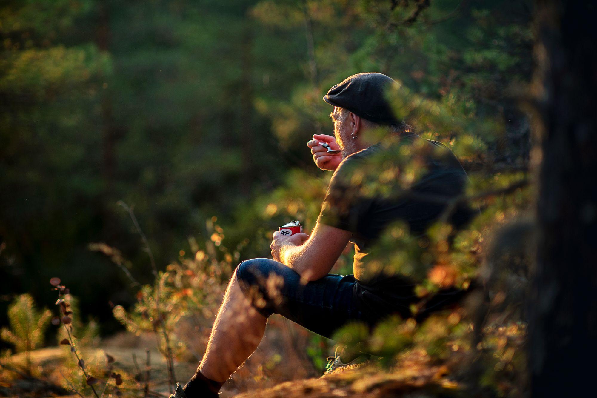 Retkieväänä kelpasivat suoraan tölkistä syödyt pavut. Metsässä eväät maistuvat aina hitusen paremmalta. © Sampo Korhonen
