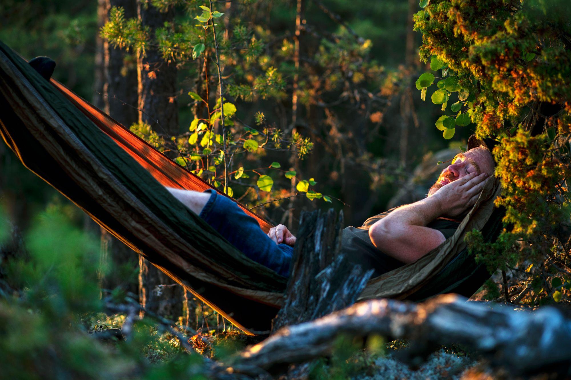 Vaikka retkeilijä ei kyennyt ripustamaan yösijaansa oikeaoppisesti, nukkumaan sentään pystyi. © Sampo Korhonen