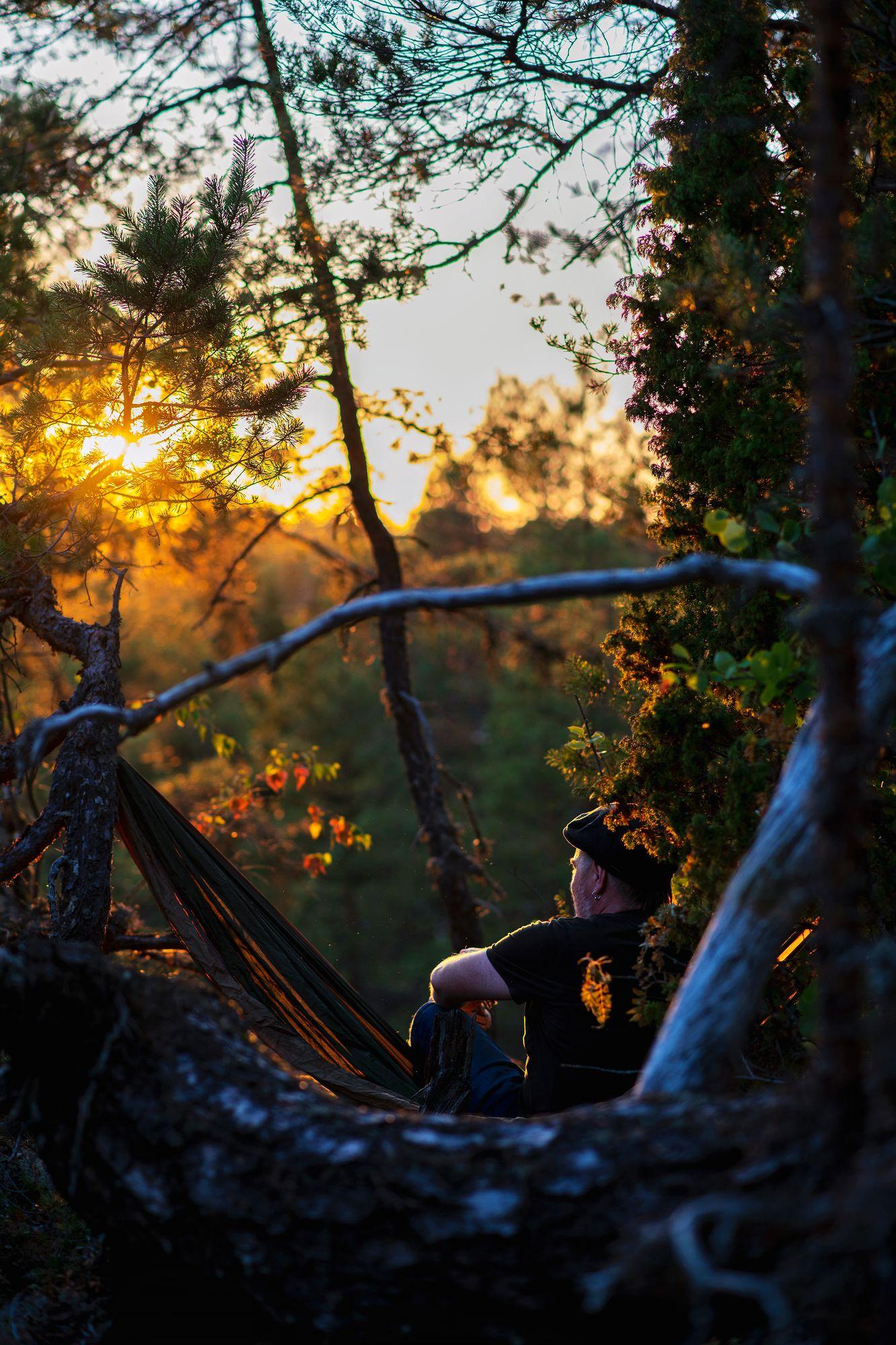 Ruuhkavuosi-ihminen voi harvoin arjessaan seurata auringonlaskua. Yksin metsässä sekin onnistui. Rauhan tunne voimistui, kun kalon kadotessa katosivat onneksi myös läheisen järven vesiskoottereiden äänet. © Sampo Korhonen