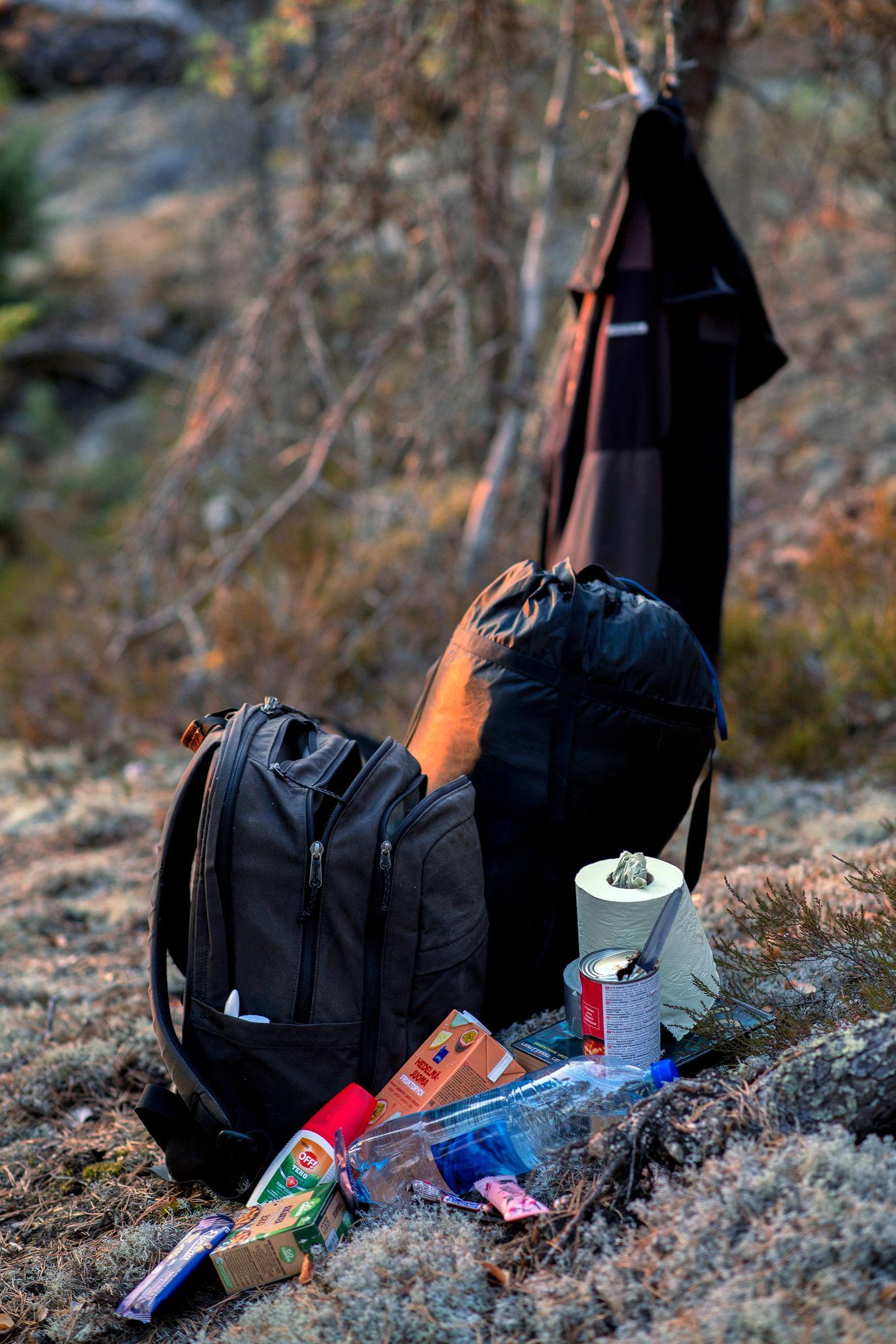 Vesipullo, vessapaperi ja makuupussi ovat retkeilyn perusta. Myös hyttysmyrkystä oli iloa. © Sampo Korhonen