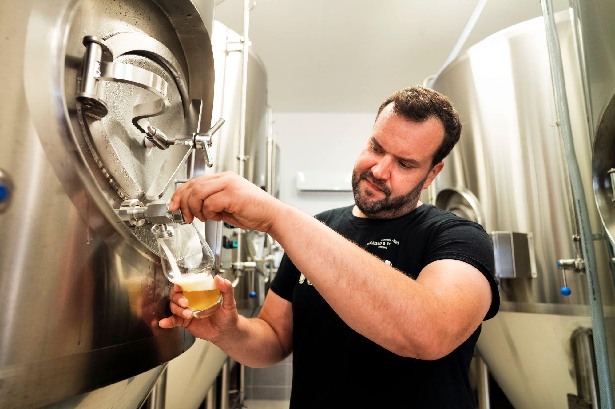 Pienen ja pippurisen panimon tankeissa valmistuu oluita, joista Mikko ja Marjo ovat syystäkin ylpeitä: sekä tumma että vaalea lager on valittu Suomen parhaiksi. © Arto Wiikari