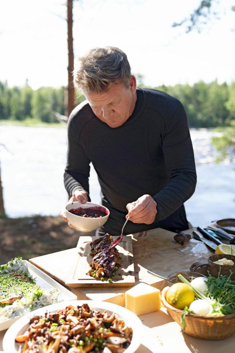 Gordon Ramsay valmistelee poroannosta. Ramsay yhdistää poron marjoihin ja sieniin. © Justin Mandel/National Geographic