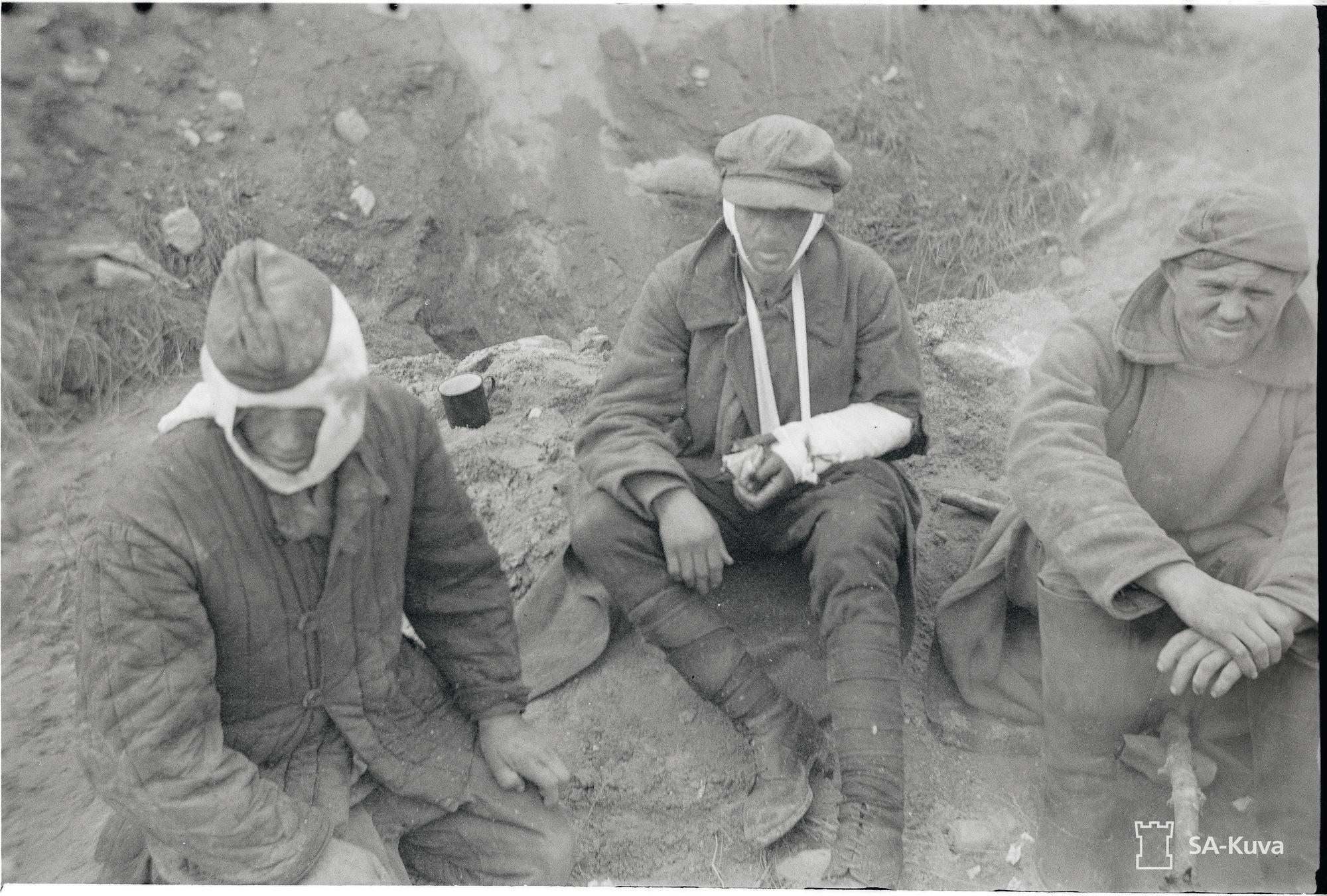 Haavoittuneet venäläiset sotavangit odottavat hiljaisina tulevaa kohtaloaan. © SA-Kuva