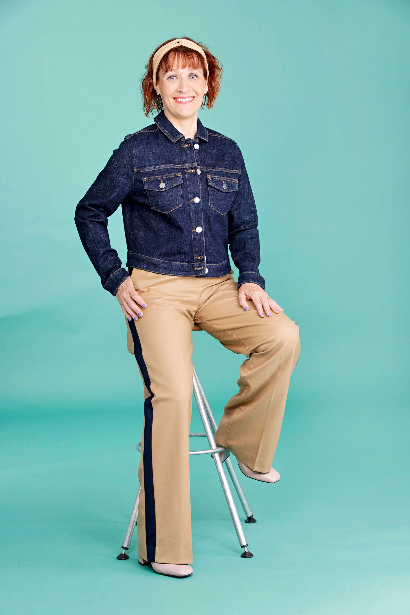 Lyhyt, vartaloa myötäilevä farkkutakki korostaa vyötäröä ja tasapainottaa leveitä housuja. Sivujen tummat raidat tehostavat jalkoja venyttävää vaikutelmaa. Farkkutakki 120 €, Comma. Leveät housut 200 €, Gant. Bootsit 199 €, Bella Luna. © Tommi Tuomi