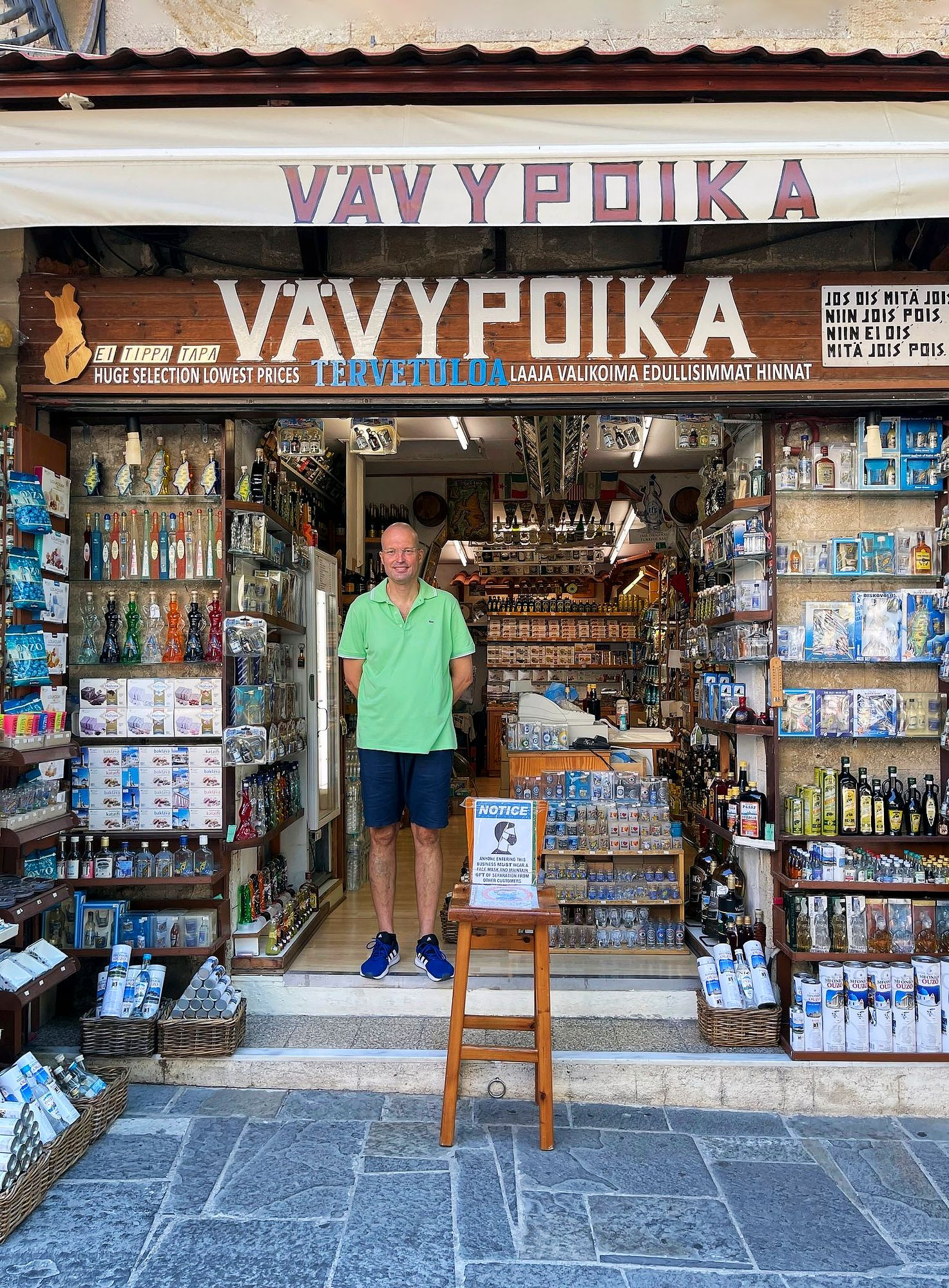 Vanhankaupungin kaduilla käveleville turisteille hihkutaan yhä suomeksi, mutta erityisen sujuvasti kielen taitaa kreikkalais-suomalainen juomakauppias Jorgos Polemikos. © Liza Meriluoto