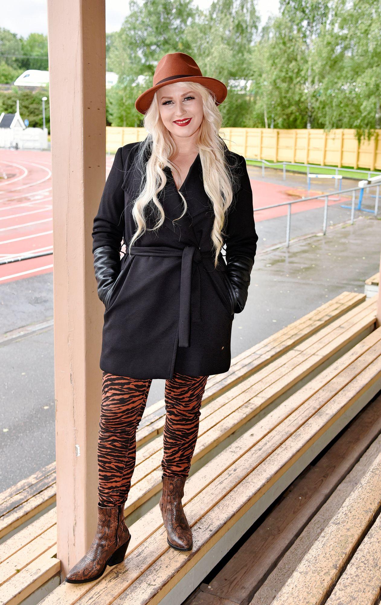 """""""Olen todella hedonistinen luonne. Aikaisemmin olen ollut tosi ankara itselleni"""", laulaja Noora Louhimo kertoi. © Tiia Ahjotuli"""