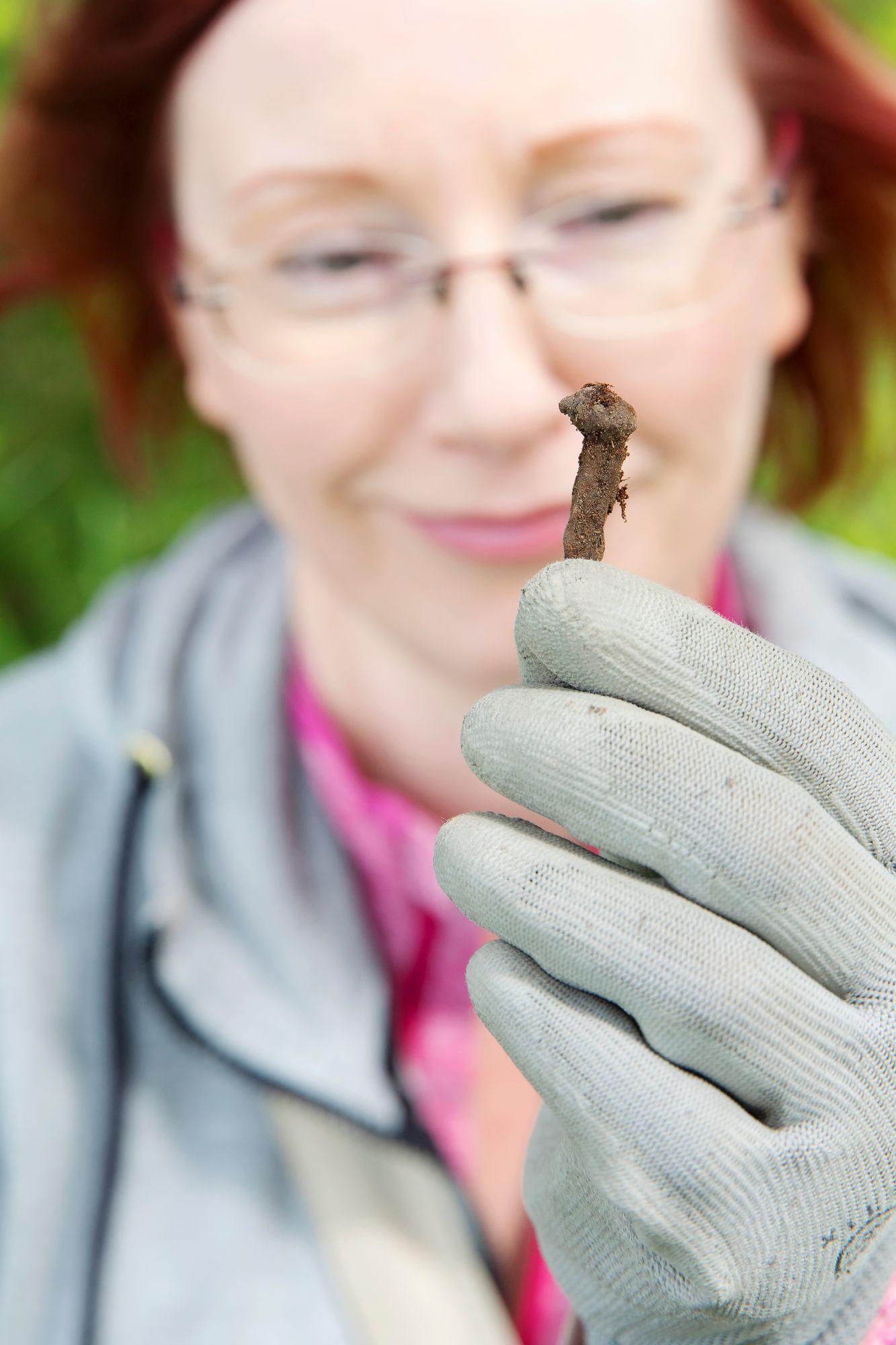 Useimmat löydöt ovat arkisia metallinpaloja, tietää Maritta Lehvonen. © Suvi Elo