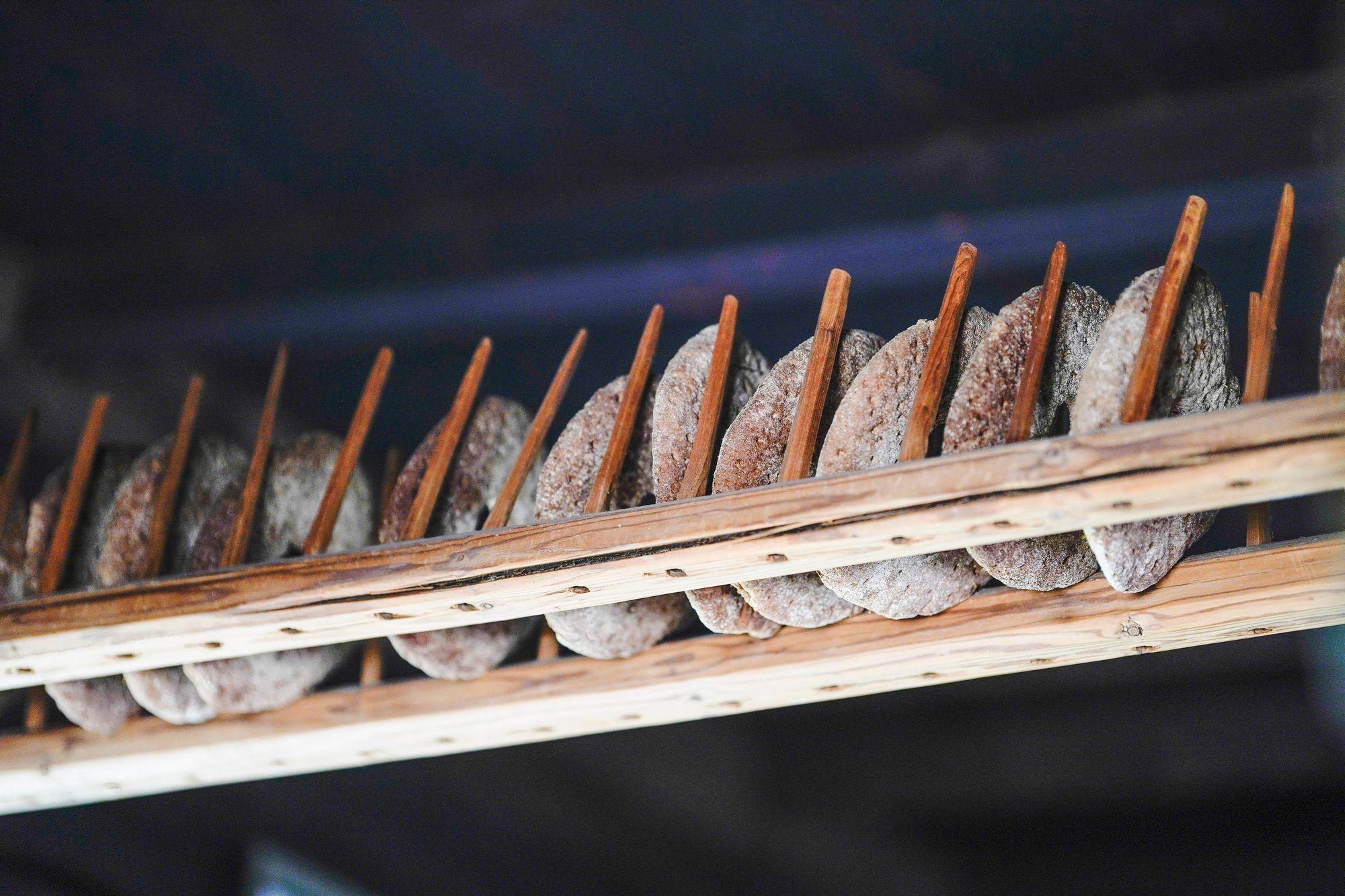 Leipäteline menneiltä ajoilta koristaa tupakeittiön katonrajaa. © Timo Aalto