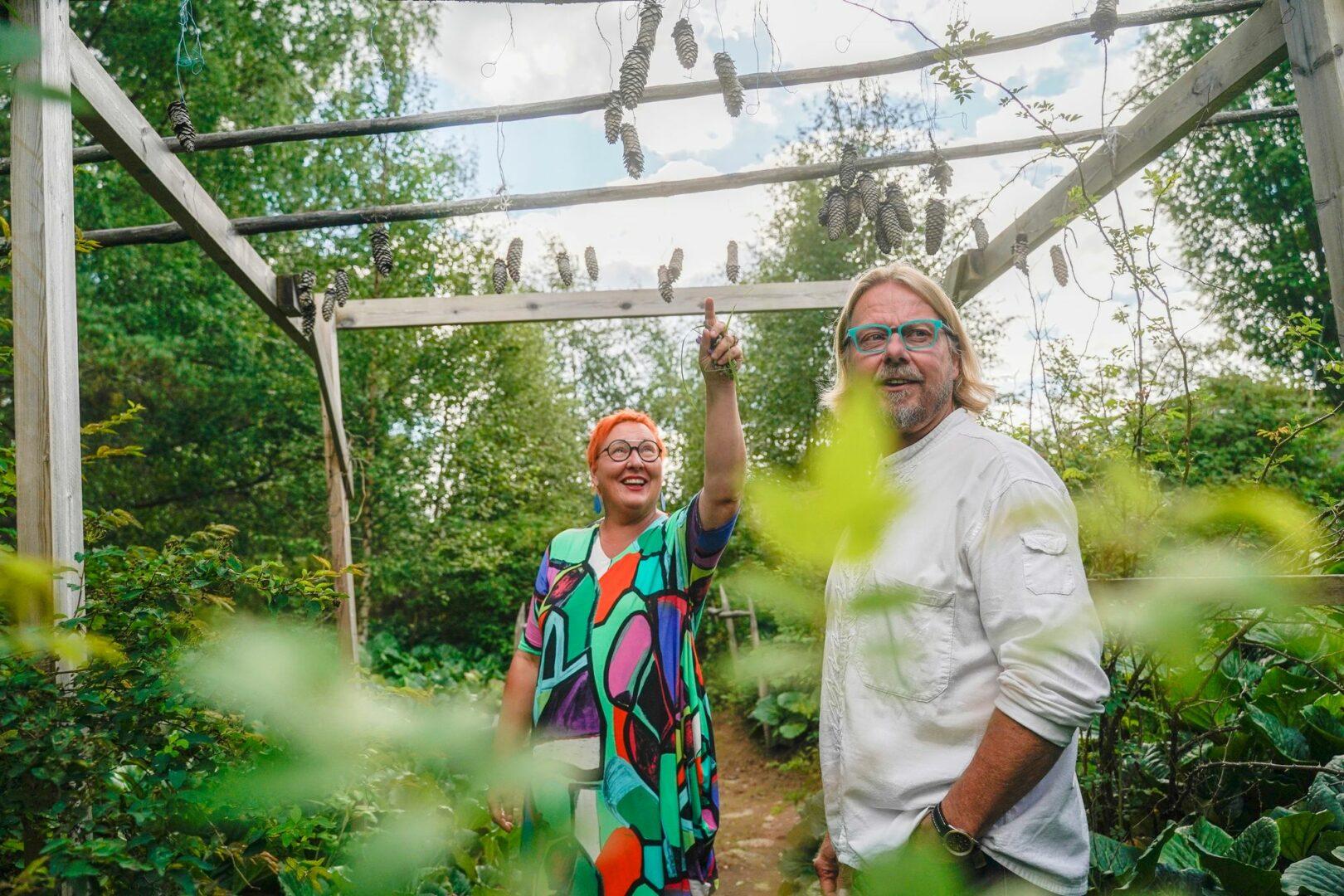 """""""Paikan henki ja historia ovat sellaista, jota ei rahalla saa"""", sanovat Sari ja Ari Haapaniemi. Ari nauttii nikkaroinnista ja remontoinnista, ja niitä vanhassa sukutilassa riittää. © Timo Aalto"""