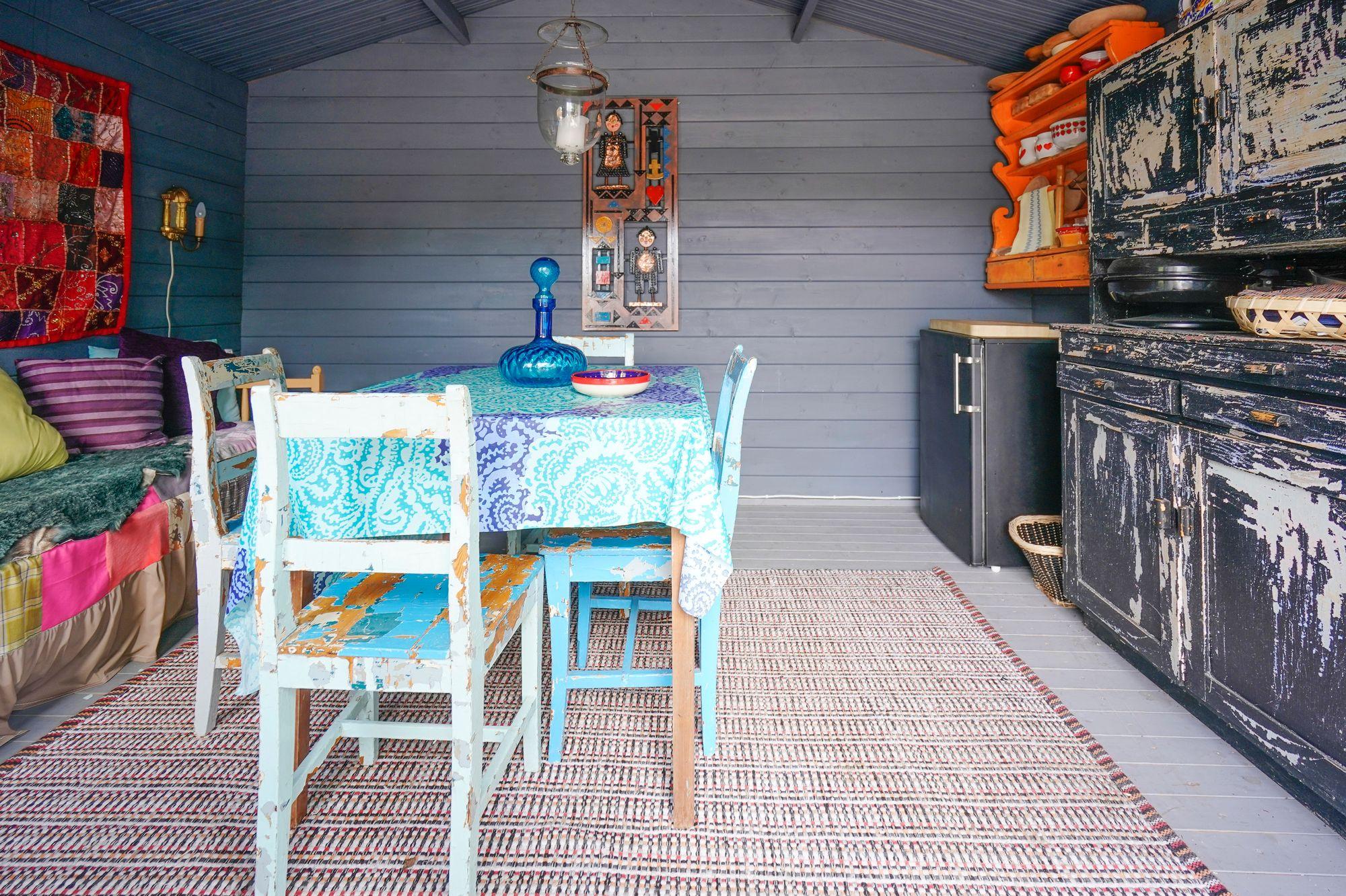 """Sari ja Ari Haapaniemen lempipaikka on """"kesämökki"""", jonne on rakennettu uima-allas, sauna ja oleskelutilat. © Timo Aalto"""