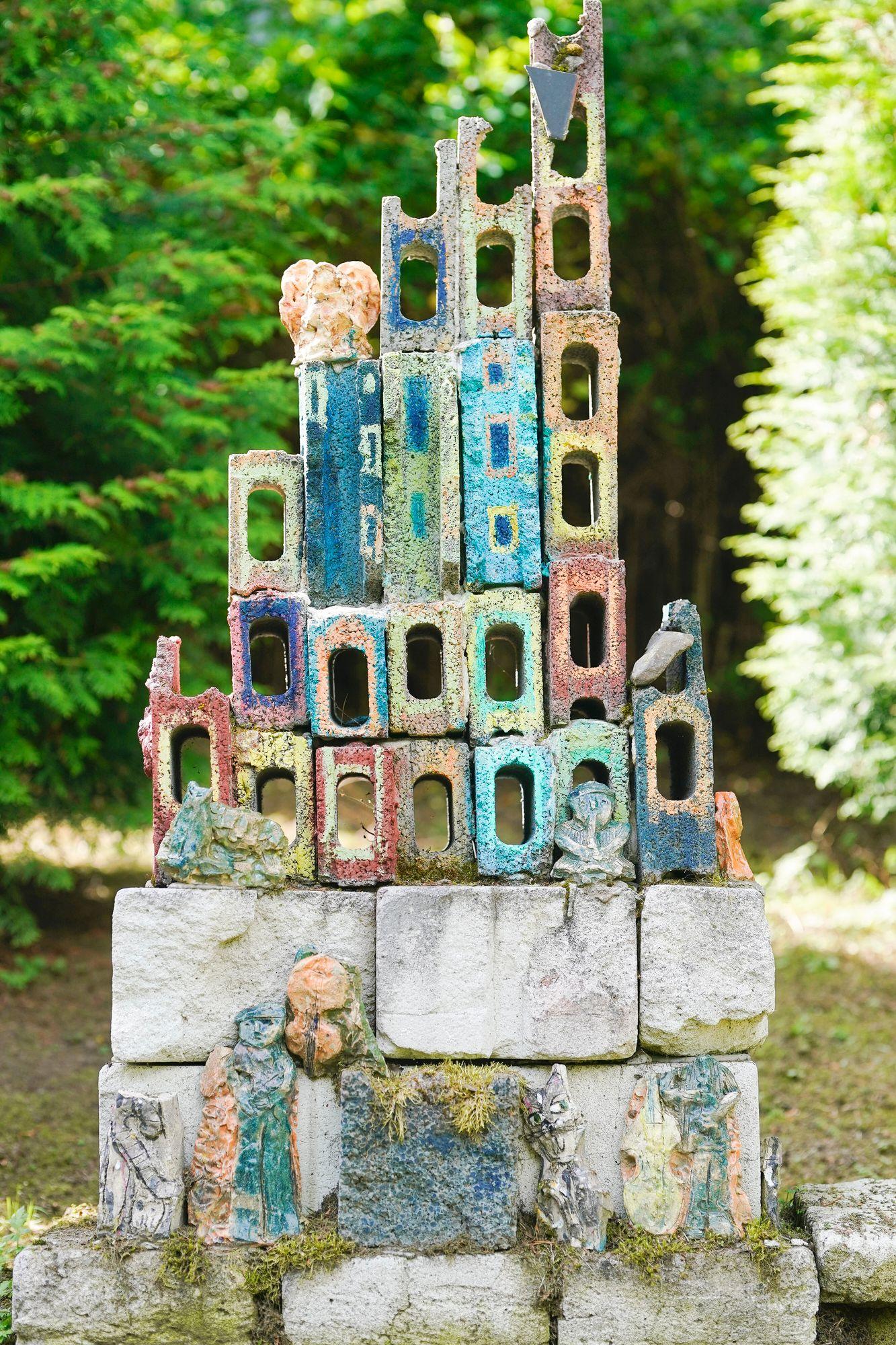 Puutarhan suojassa on monia Sarin tekemiä veistoksia. © Timo Aalto