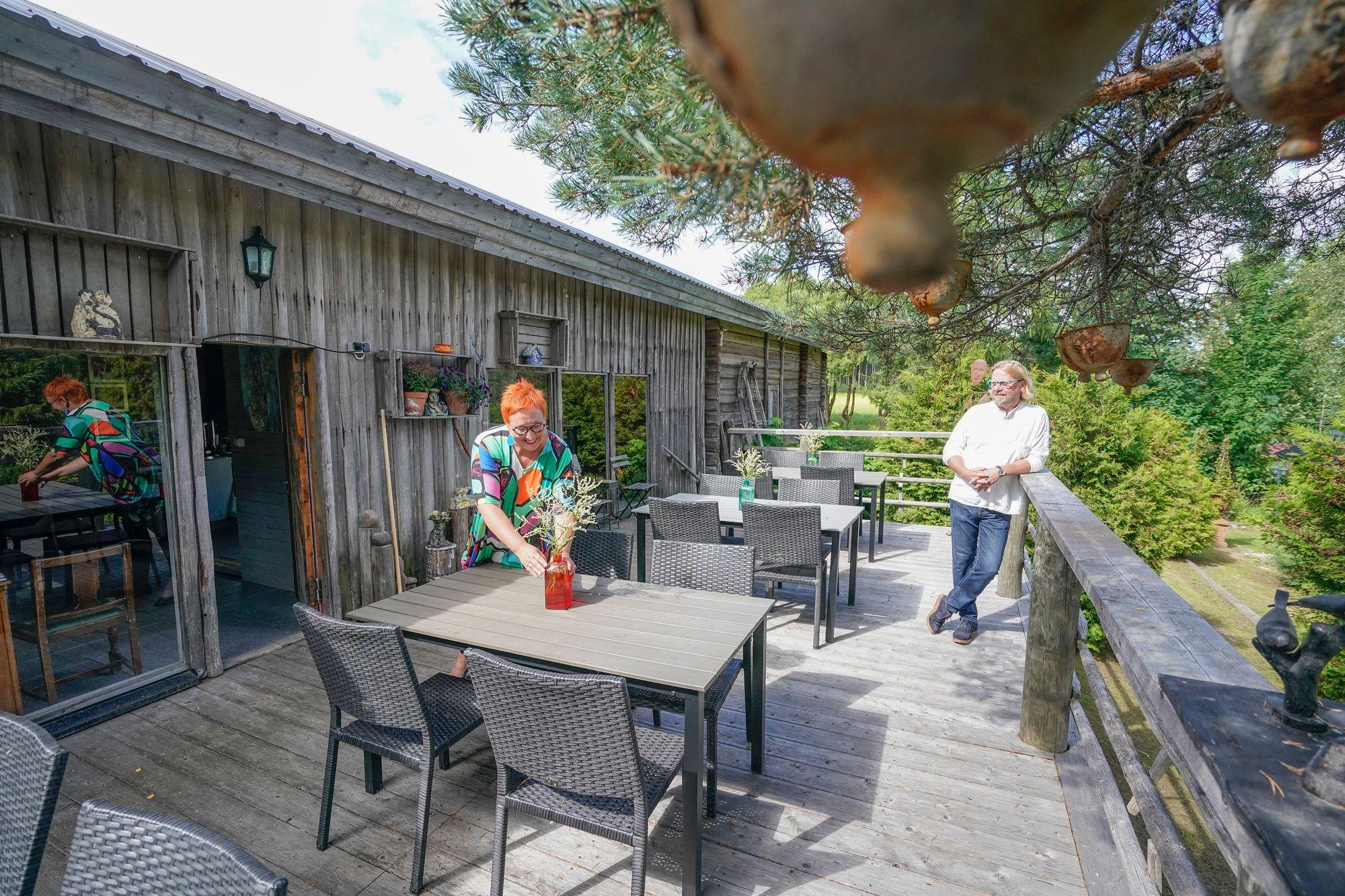 """""""Vieraat ovat aina yhtä ihmeissään, kun tulevat tähän terassille ja näkevät salaisen puutarhamme."""" © kuva: Timo Aalto"""