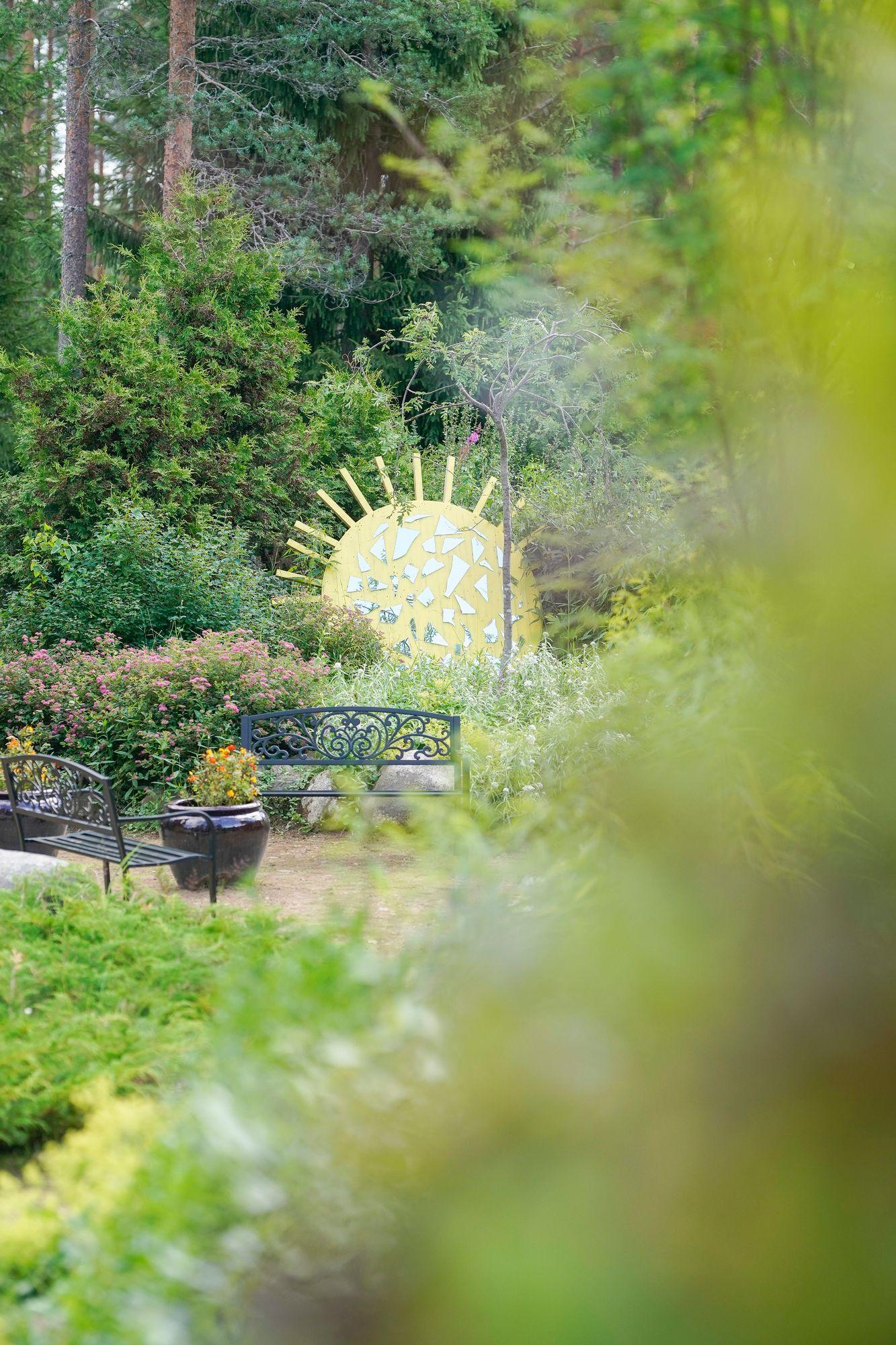 Salaisessa tunteiden puutarhassa paistaa aina aurinko. © Timo Aalto