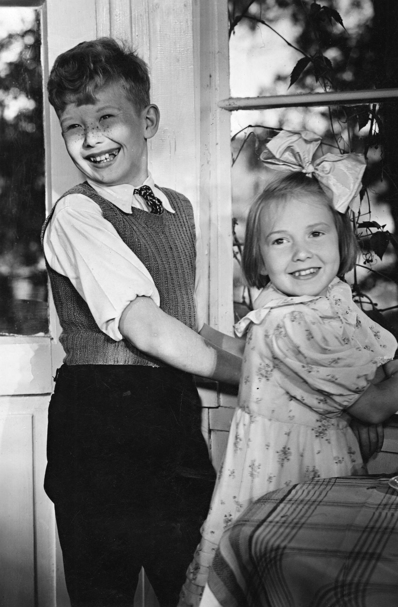 Näyttelijät Lasse Pöysti ja Maire Suvanto elokuvassa Suomisen perhe. © Kansallinen audiovisuaalinen instituutti / om-arkisto