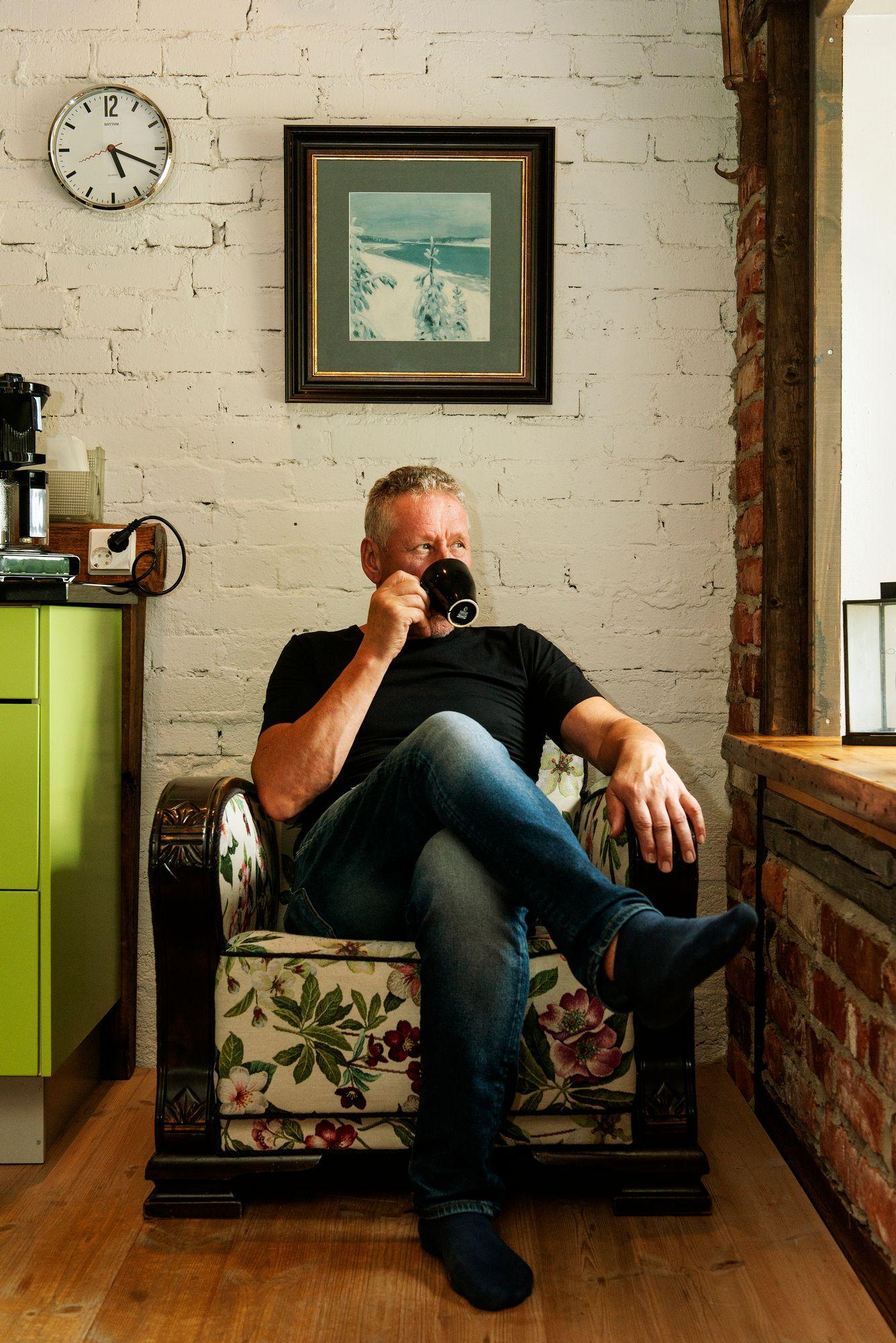 Timo lempipaikallaan keittiön nurkassa. © Linda Varoma