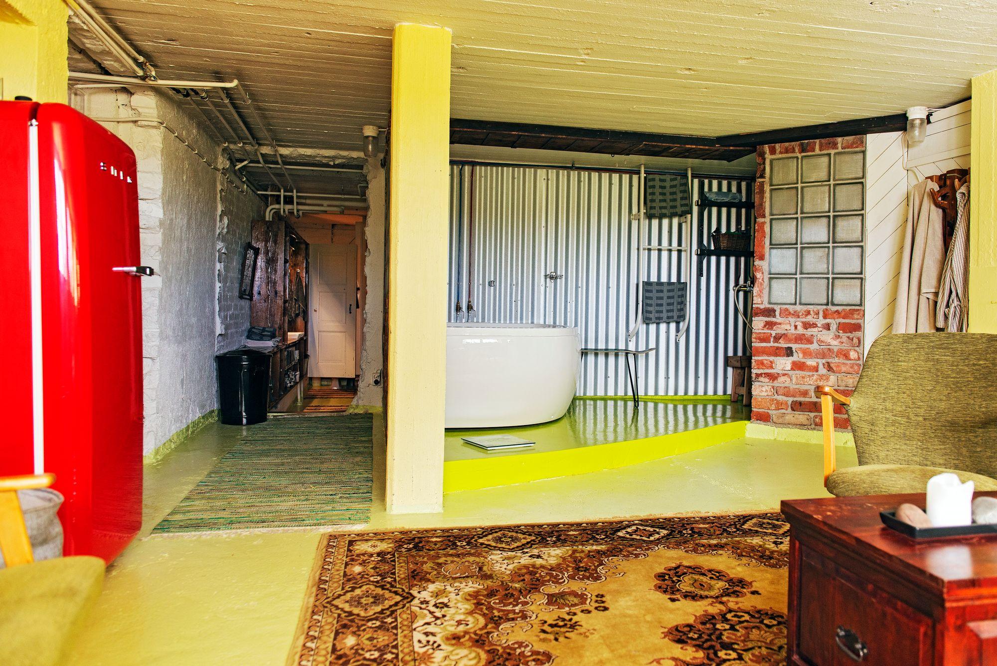 Idea saunaosaston lattian väriin tuli Terhin vihreästä ihokarvanpoistolaitteesta. © Linda Varoma