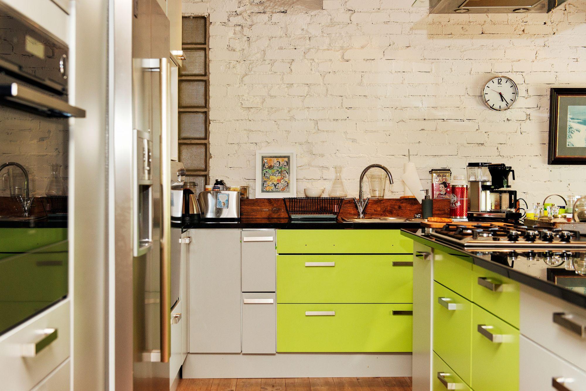 Terhi kokkaa mielellään kaasuliedellä. Vihreät kaapit ostettiin poistomyynnistä. © Linda Varoma