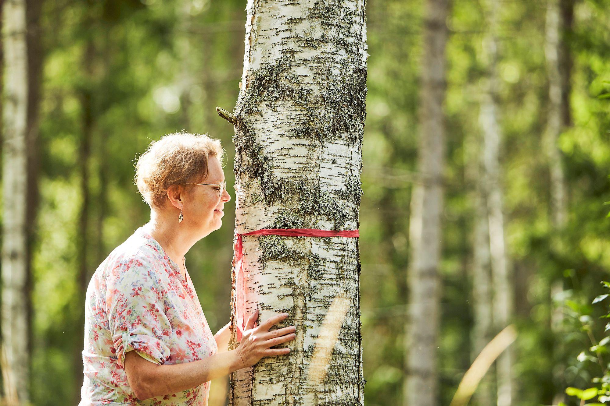 Outi Petterssonille metsä on levon ja virkistyksen paikka, mutta myös kuntosali. Metsätöiden jälkeen ei tee mieli nostelemaan puntteja. © Sara Pihlaja