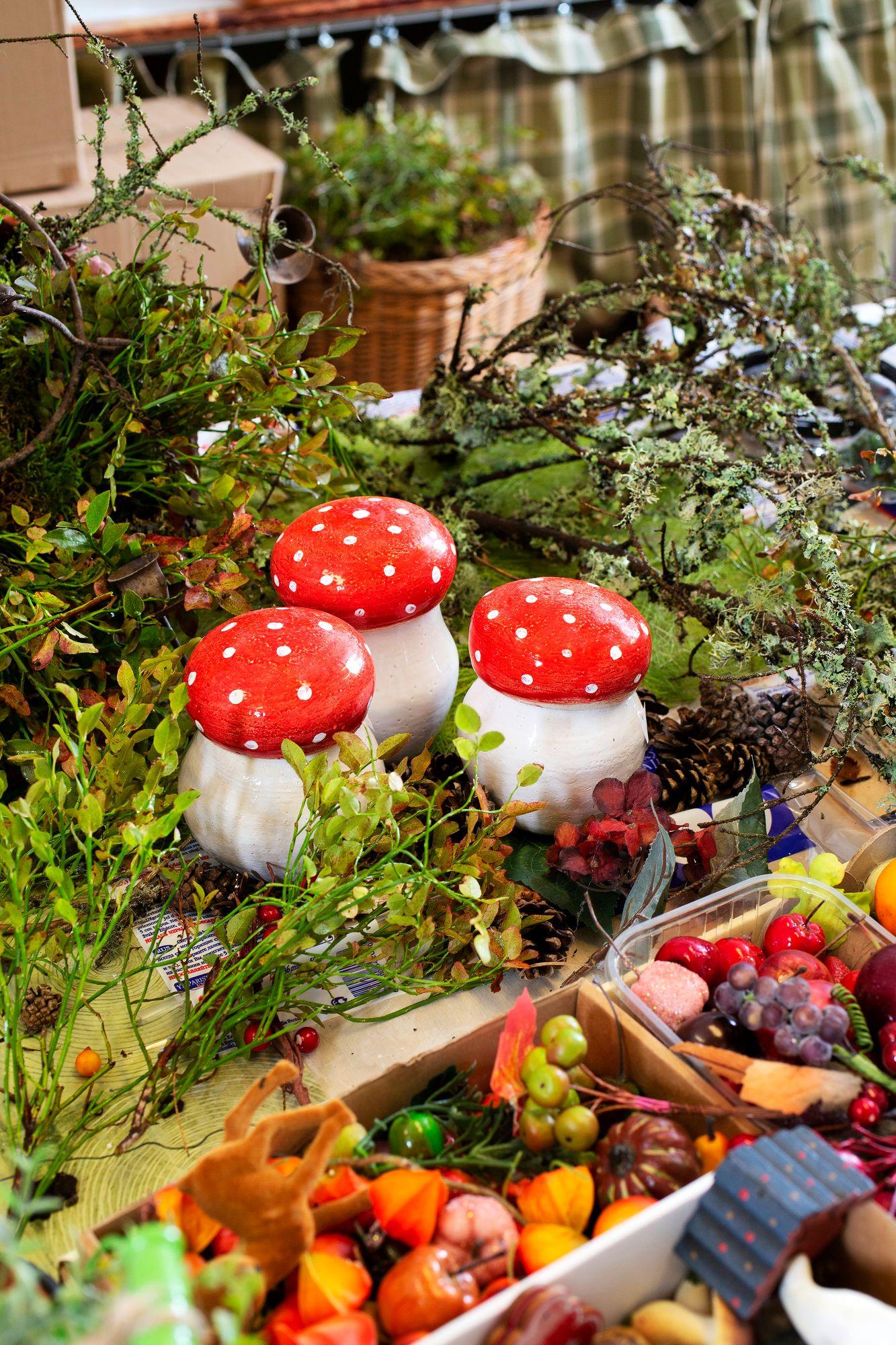 Susannan sienipurkit ovat putiikin hittituote. Alun perin tuhkakupiksi suunniteltu kärpässieni on monella jauhojen säilytysastia. © Copyright Tiiu Kaitalo