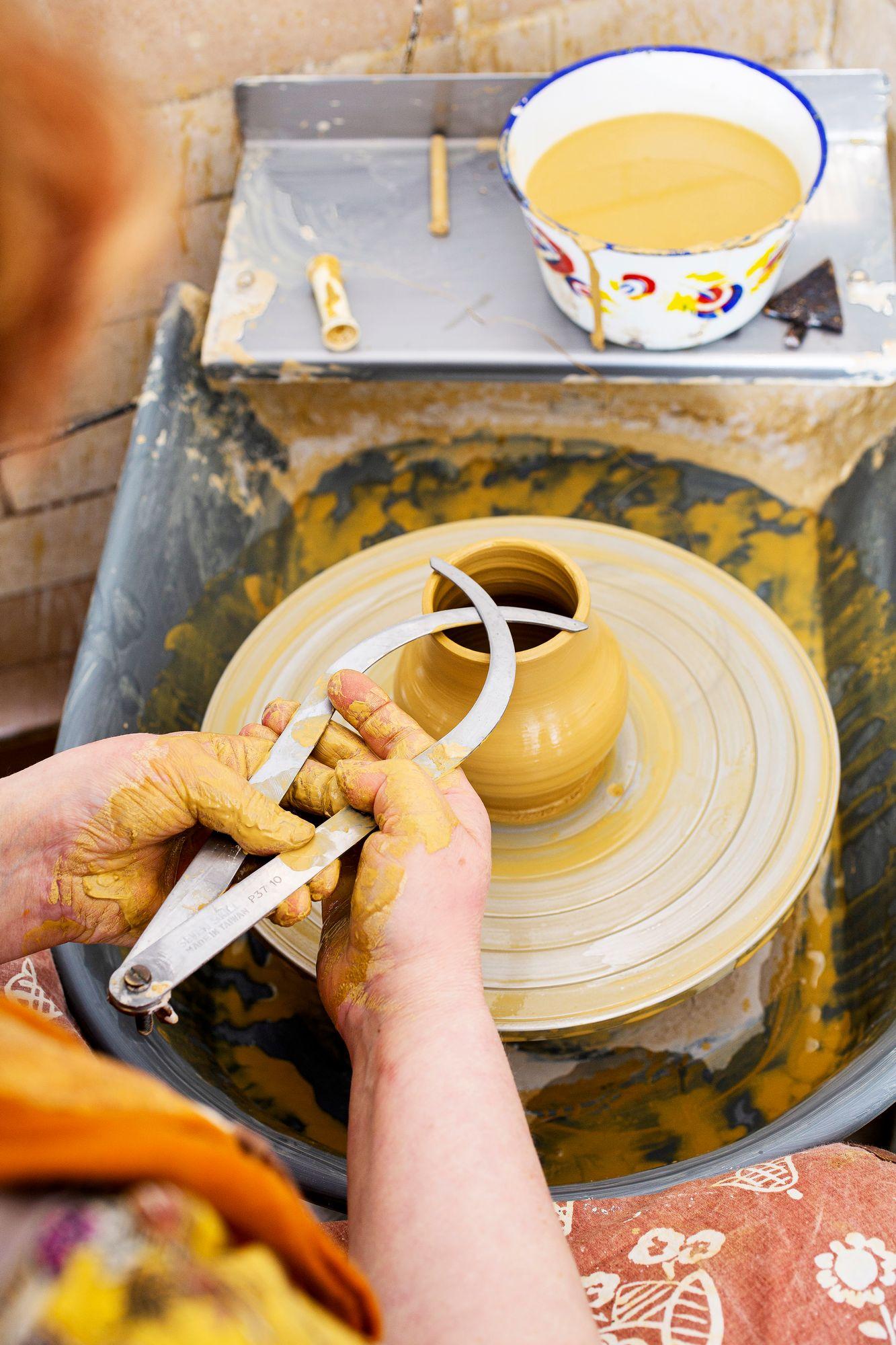 Susanna tekee jatkuvasti tilaustöitä: astiastoja, uurnia, koriste-esineitä lahjoiksi. © Tiiu Kaitalo