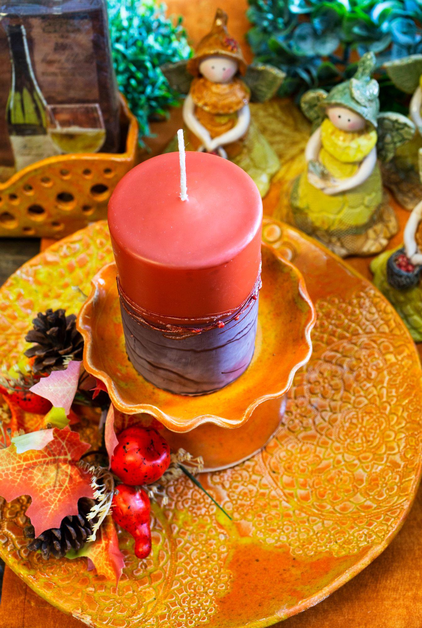 Syksyn värit saavat näkyä kaikessa, niin Susannan valamissa kynttilöissä kuin keramiikkatöissäkin. © Tiiu Kaitalo