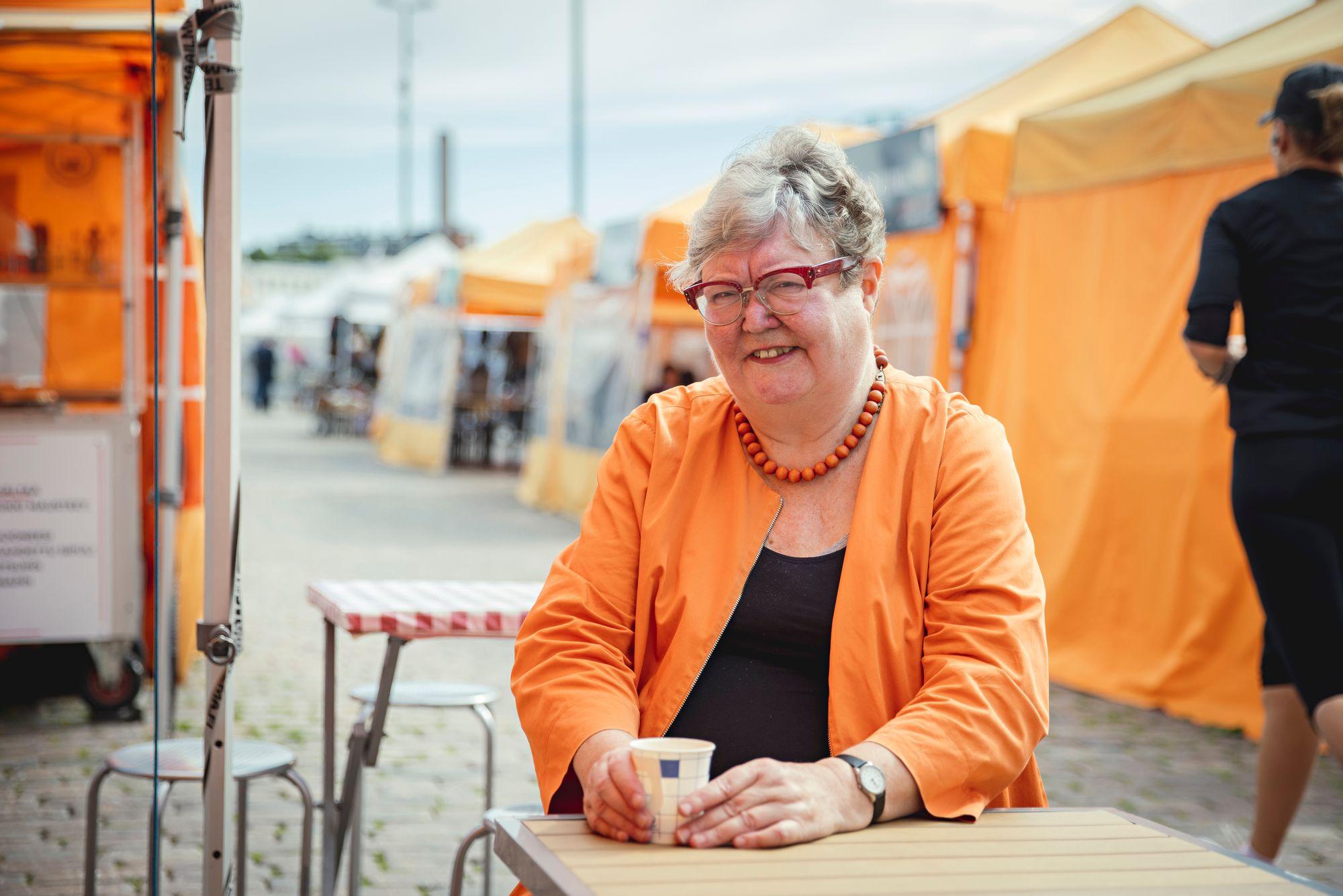 """Irja Askola pistäytyy usein Helsingin Kauppatorilla aamiaisella. """"Ulkomaillakin vierailen aina paikallisella torilla. Torit ovat suvaitsevaisia paikkoja."""" © Vessi Hamalainen"""