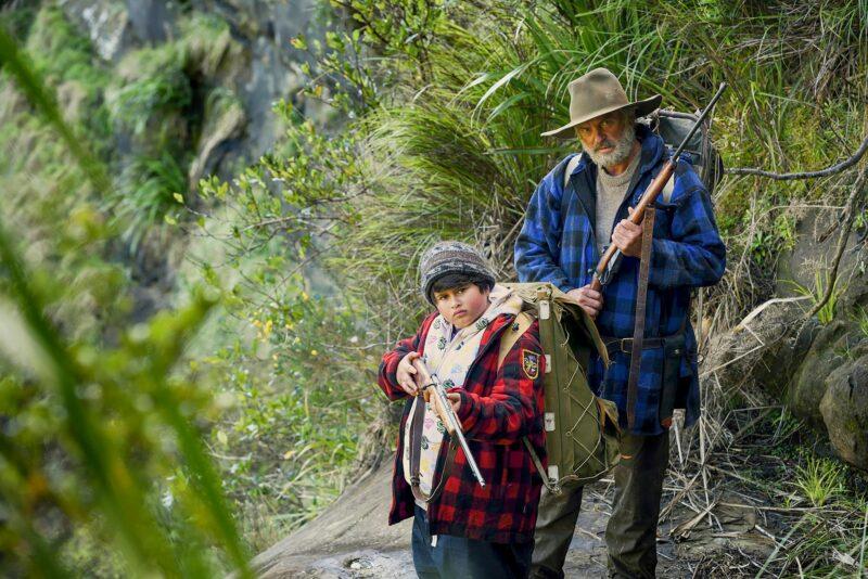 Ricky (Julian Dennison) ja Hec (Sam Neill) pakoilevat sosiaalityöntekijöitä pitkin Uuden-Seelannin maastoja. © Ylen kuvapalvelu