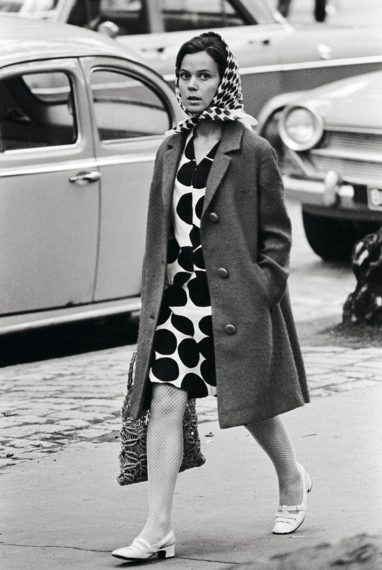 Rennosti hiusten suojaksi kietaistu huivi kuului vuosikymmenten ajan Marimekko-tyyliin – ikään kuin vastapainoksi Pariisin muotitalojen mielikuvituksisille hatuille. © Lehtikuva