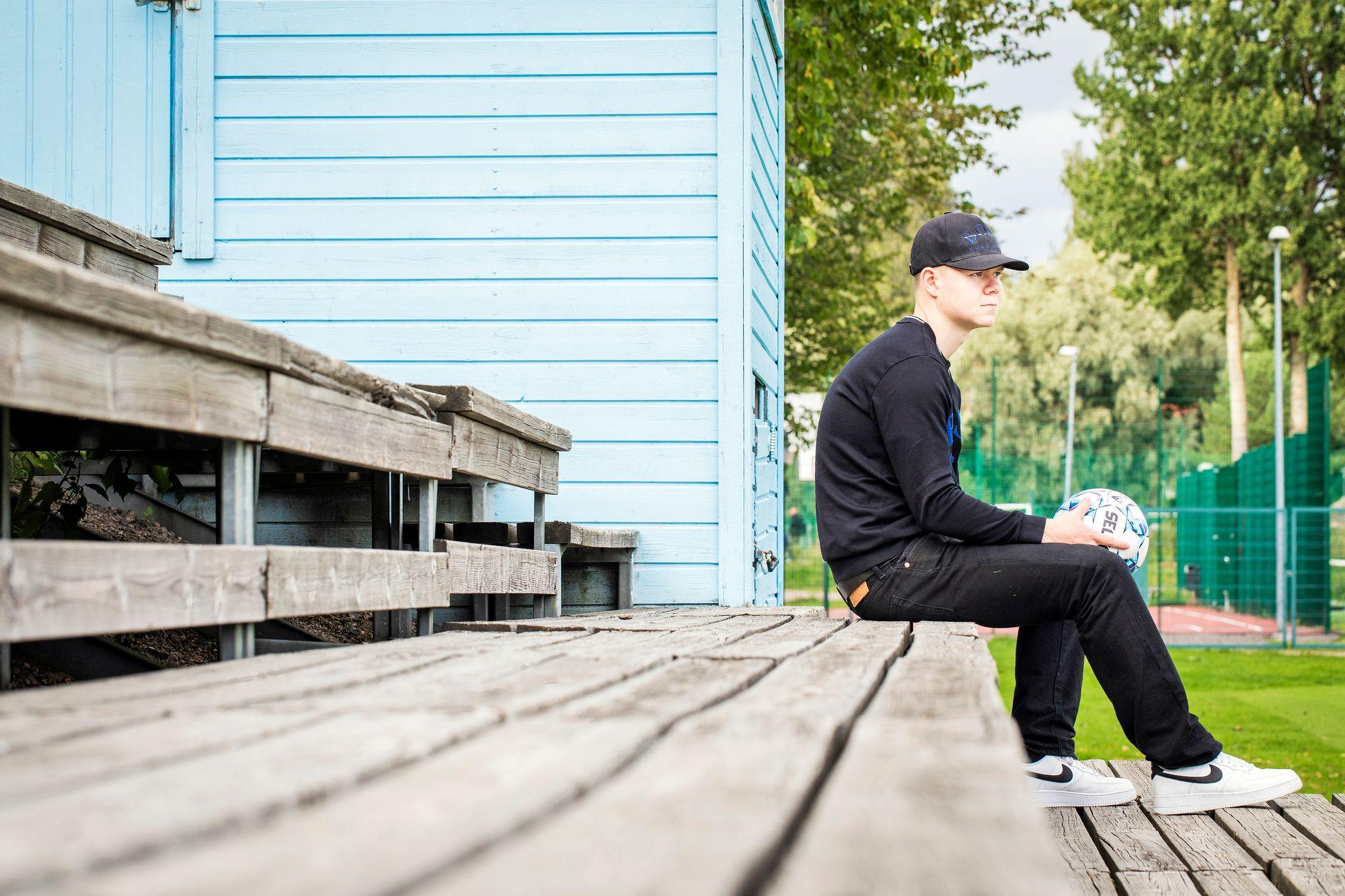 """Lukas Kuivalainen sanoo, että jalkapalloyhteisö on pitänyt hänet erossa paljosta pahasta. """"Ilman futista olisin varmaan ajautunut paljon enemmän tappeluihin"""", hän toteaa. © Jonne Räsänen"""