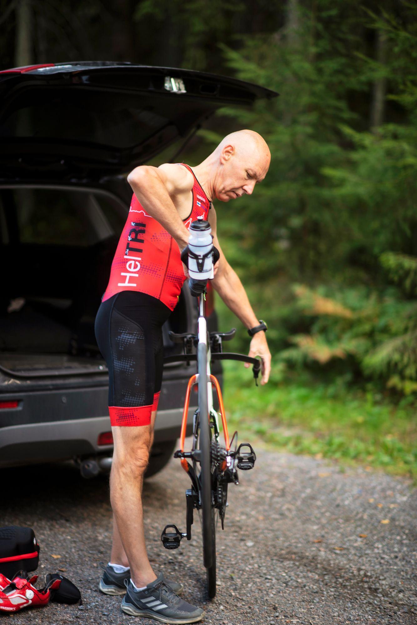 Hiilikuiturunkoinen triathlonpyörä maksaa, mutta kulkee myös kevyesti ja kovaa. © Vesa Koivunen