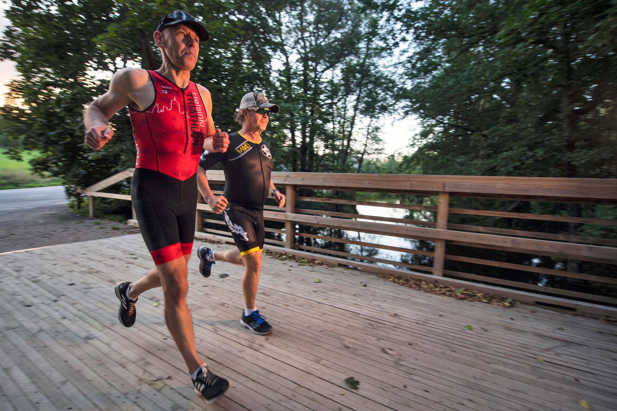 Juoksuvetoja voi tehdä yksinkin, mutta toinen on aina hyvä kirittäjä. Ironman-triathlonissa juostaan täysmittainen maraton. © Vesa Koivunen