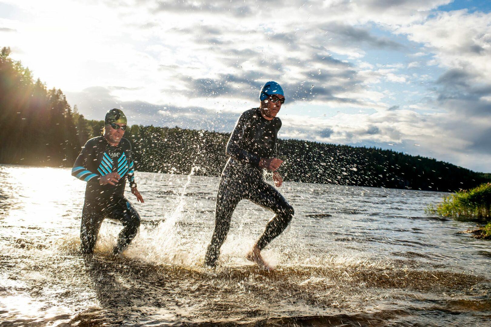 Masokismia vai liikuntariippuvuutta? Kai Suokko ja Marco Färm treenaavat kerralla kolmea lajia, joista yksikin olisi kaksikon vauhdeilla ja matkoilla normikuntoilijalle rankkaa. © Vesa Koivunen