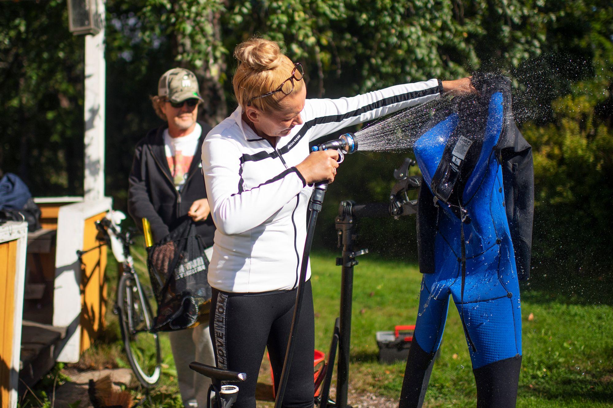 Sari Suokko on jo kokenut treenivarusteiden huoltaja. © Vesa Koivunen
