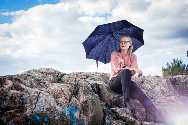 Ilmastotutkija Hannele Korhonen rakastaa tiedettä, sitä että saa oppia uusia asioita. Hän nauttii analyyttisestä ajattelusta ja systemaattisesta tarkastelusta.  © Jonne Räsänen