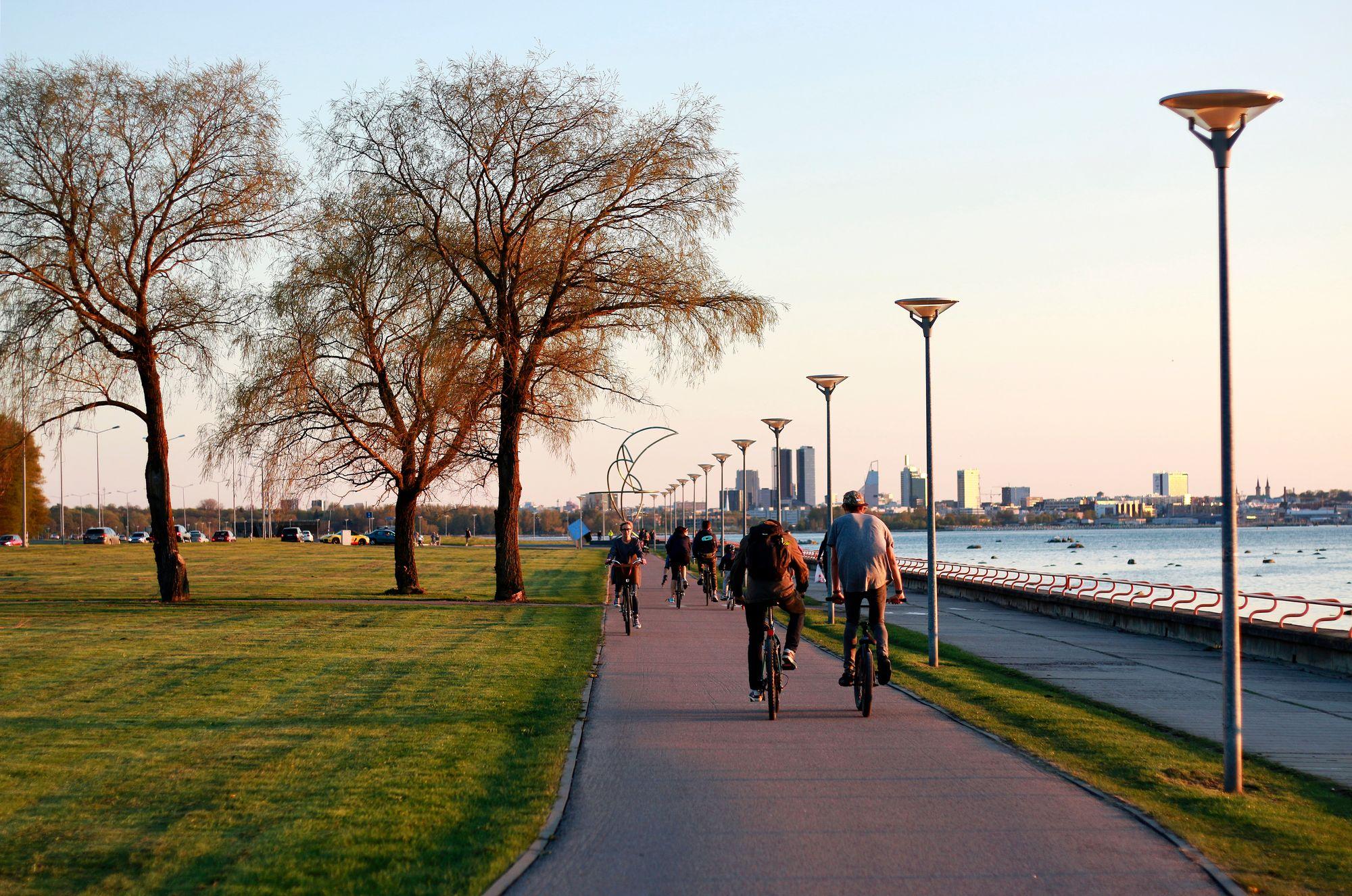 Tallinnan asukkaita on rohkaistu muihin liikkumistapoihin kevyen liikenteen väylien lisäämisellä ja maksuttomalla joukkoliikenteellä. © Visit Estonia