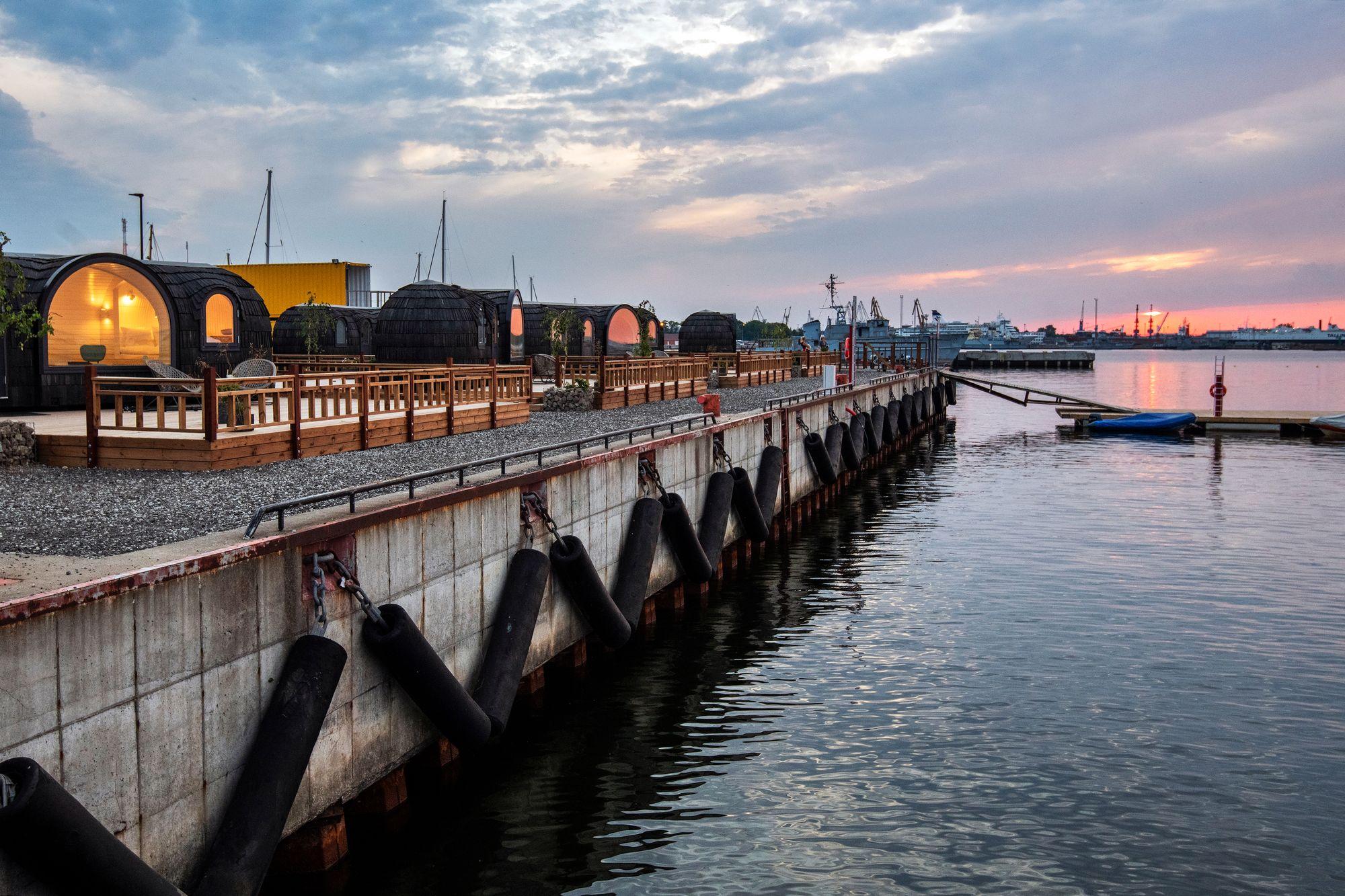 Igluparkin saunoista tarkenee pulahtaa mereen vielä syksylläkin. © Visit Estonia