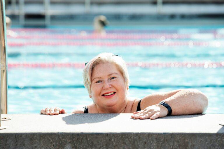 Monica Molin saa iloa ja voimaa ympärivuotisesta uintiharrastuksestaan. Paikaksi käyvät niin uimahallit, maauimalat kuin meri.  © Suvi Elo