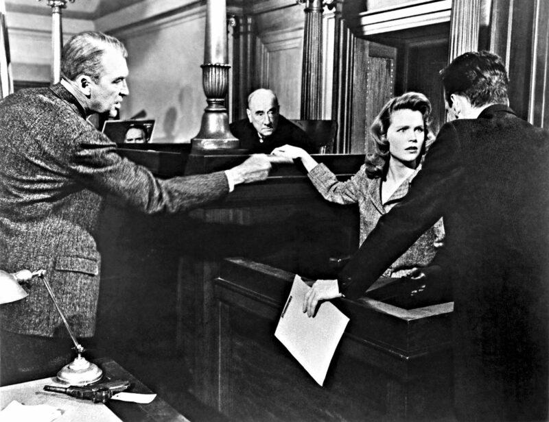 Asianajaja Paul Biegler (James Stewart) kuulustelee Laura Manionia (Lee Remick), joka on murhasta syytetyn Frederick Manionin vaimo.  © Ylen kuvapalvelu