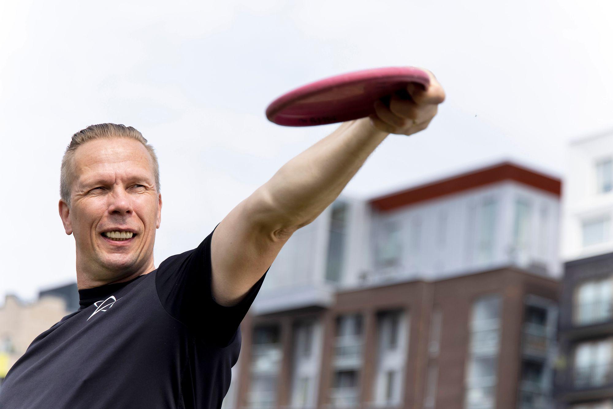 Jukka alkoi harrastaa useita liikuntalajeja. Frisbeegolf on yksi hänen suosikeistaan. © Tommi Tuomi